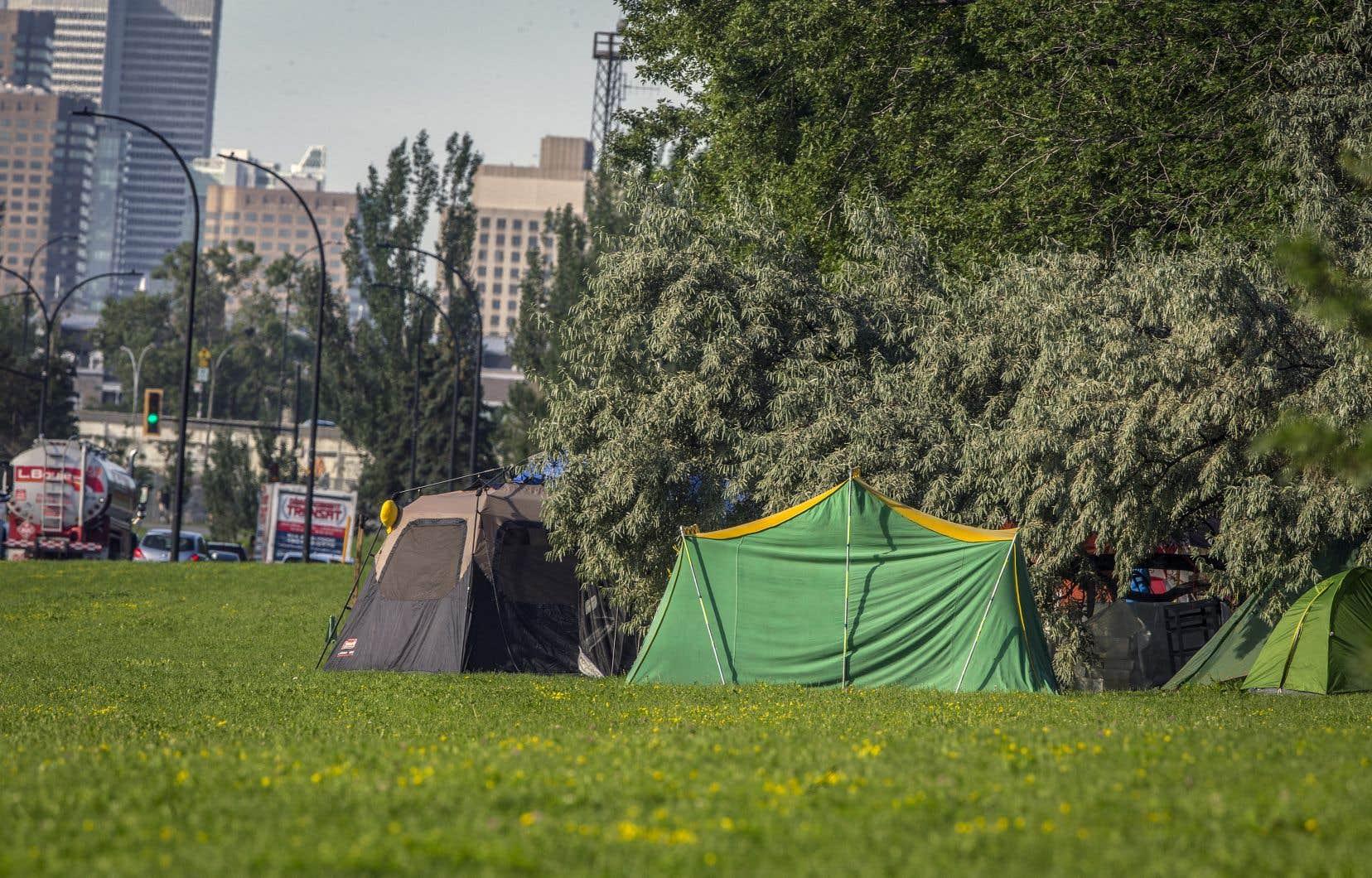 Un campement de fortune a été érigé en juillet dans un parc de la rue Notre-Dame Est, dans le quartier Hochelaga-Maisonneuve, par des personnes qui n'ont pu se trouver un logement.