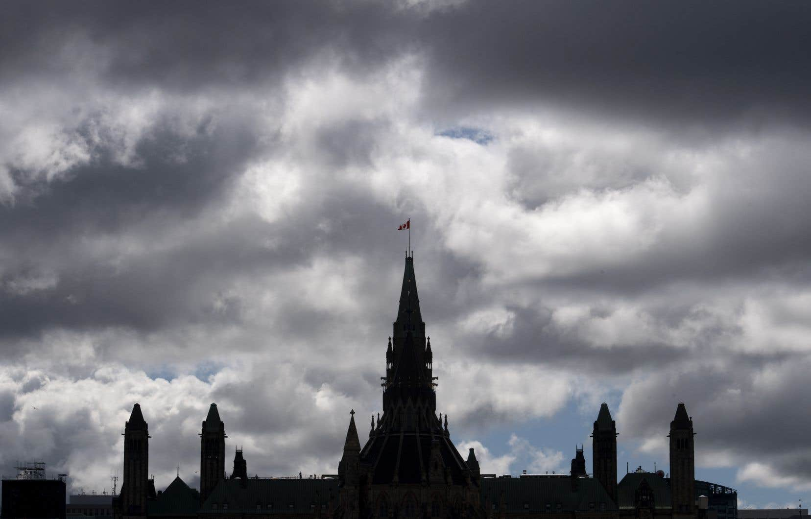 Le mois dernier, Ottawa prévoyait un déficit historique de 343,2milliards de dollars pour l'exercice 2020-2021.