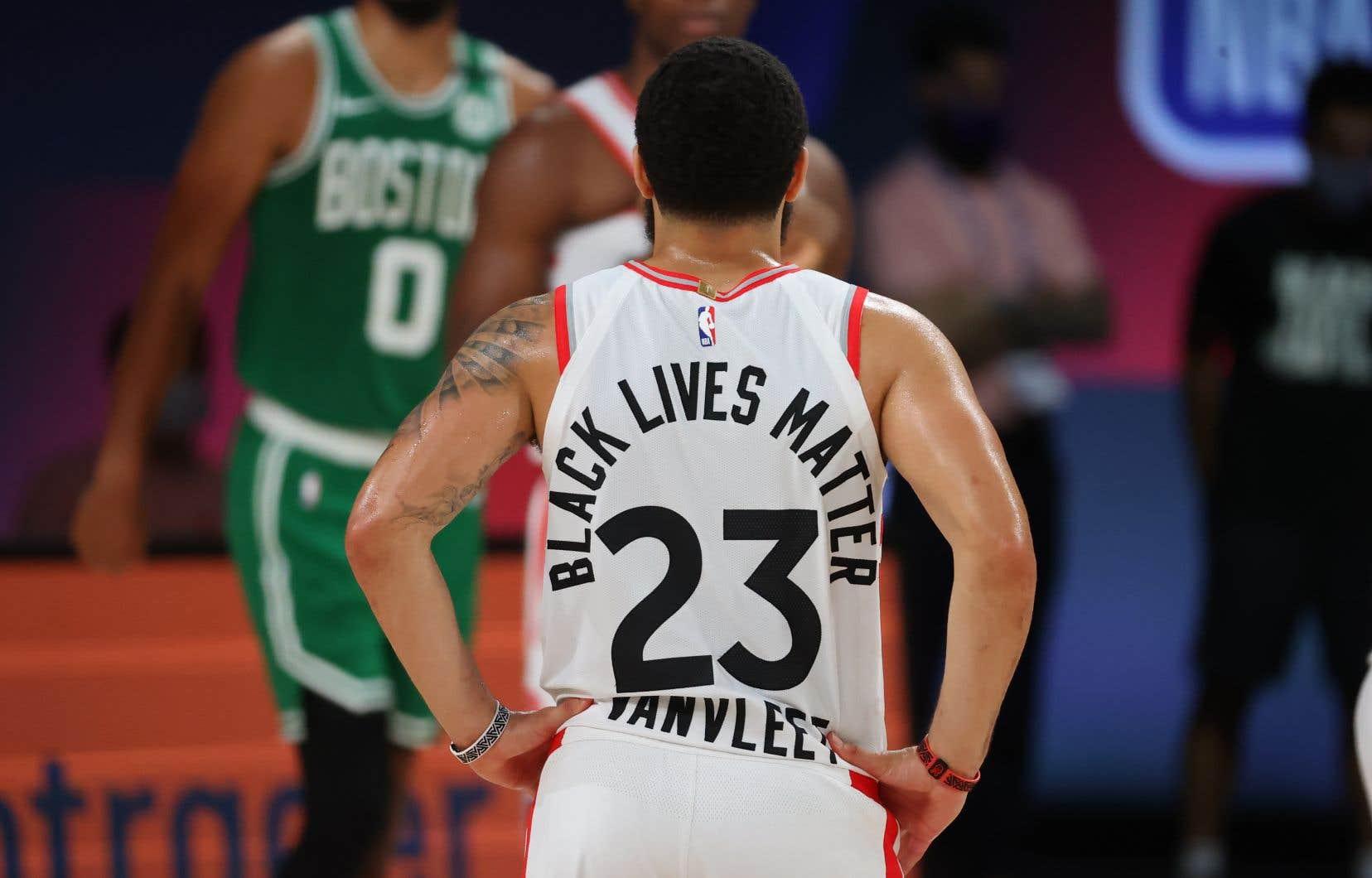 Fred VanVleet des Raptors de Toronto porte un uniforme sur lequel on peut lire «Black Lives Matters».