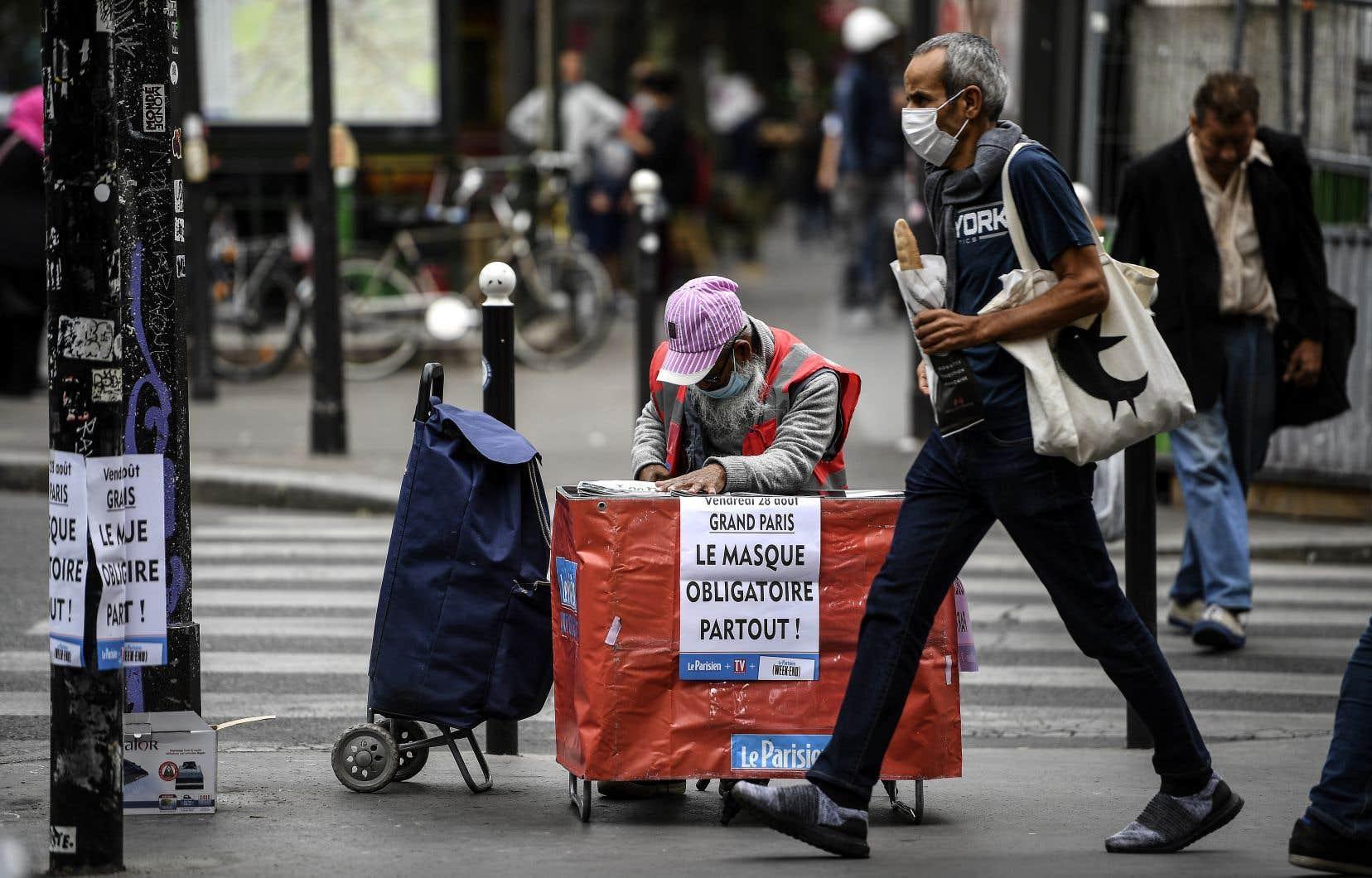 Depuis 8h vendredi, le port du masque est de rigueur à tout moment dans l'ensemble des rues de Paris et de sa proche banlieue, sous peine d'une amende de 135euros (210dollars).