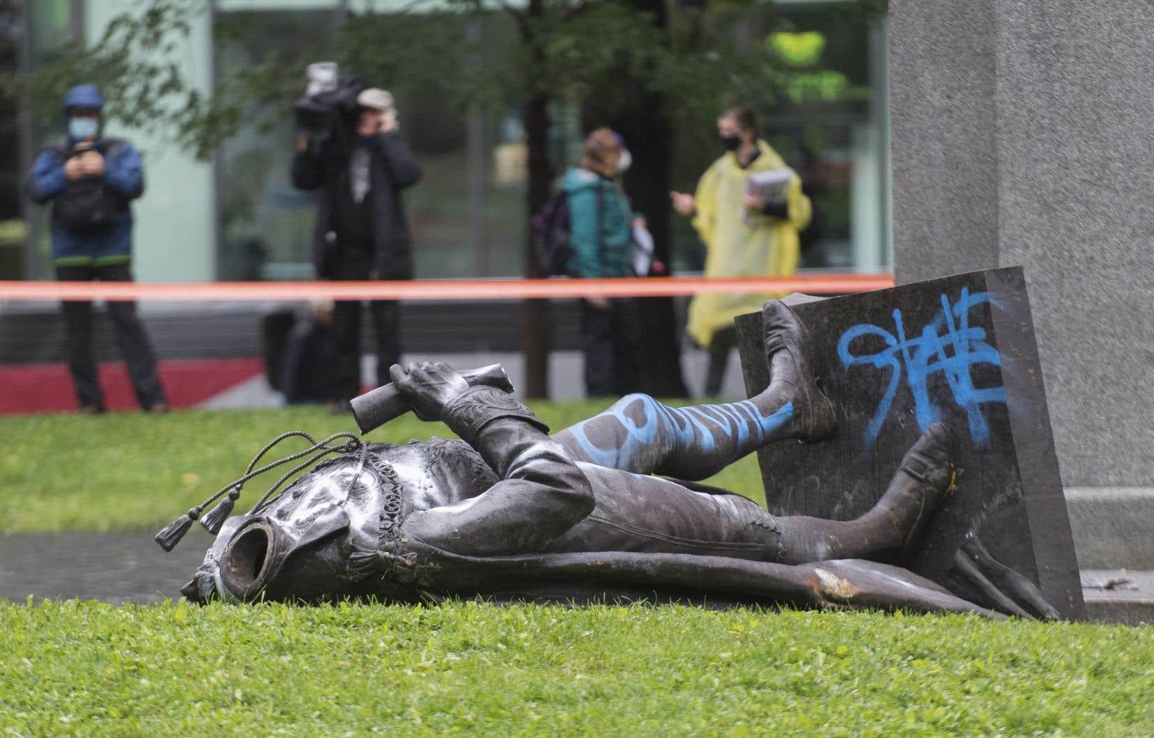 Par le passé, ce monument a été souvent vandalisé. Des opposants l'ont gribouillé de graffitis ou l'ont éclaboussé de peinture.
