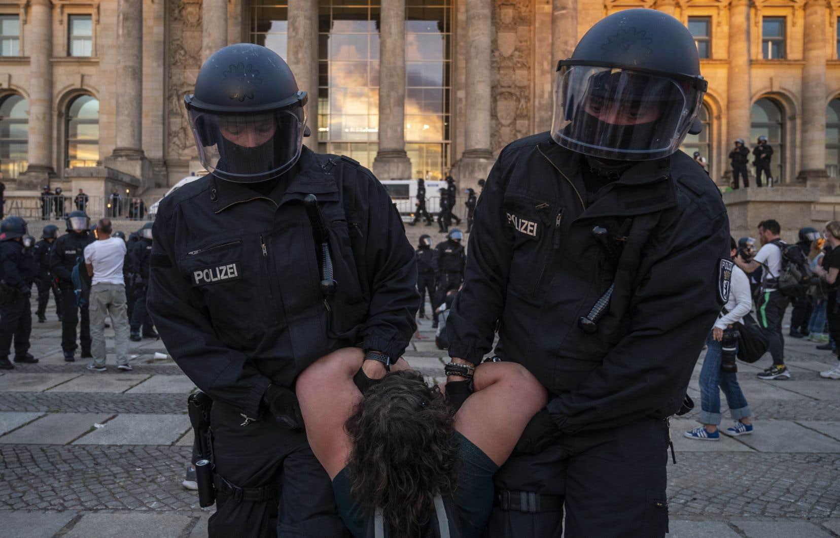 Près de 40 000 personnes protestant contre les restrictions liées à la pandémie de COVID-19 se sont rassemblées devant le Reichstag, siège du pouvoir à Berlin.