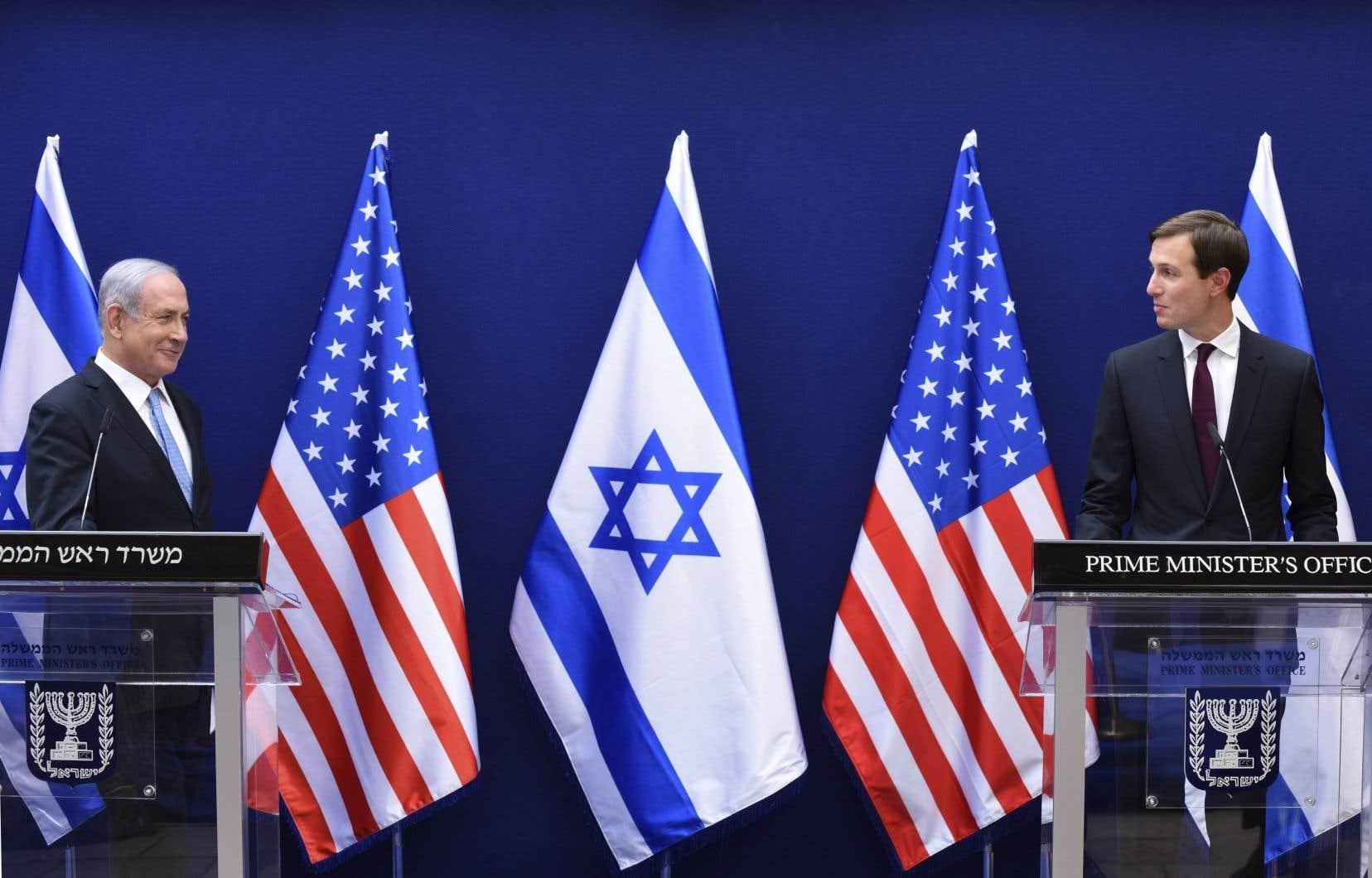 Le premier  ministre israélien Benjamin Nétanyahou et Jared Kushner, conseiller à la Maison-Blanche et gendre du président  Donald Trump. Le plan de paix américain au Moyen-Orient prévoit la création d'un État palestinien, mais sur un territoire réduit  en Cisjordanie occupée, dont environ 30%  serait annexé par Israël.