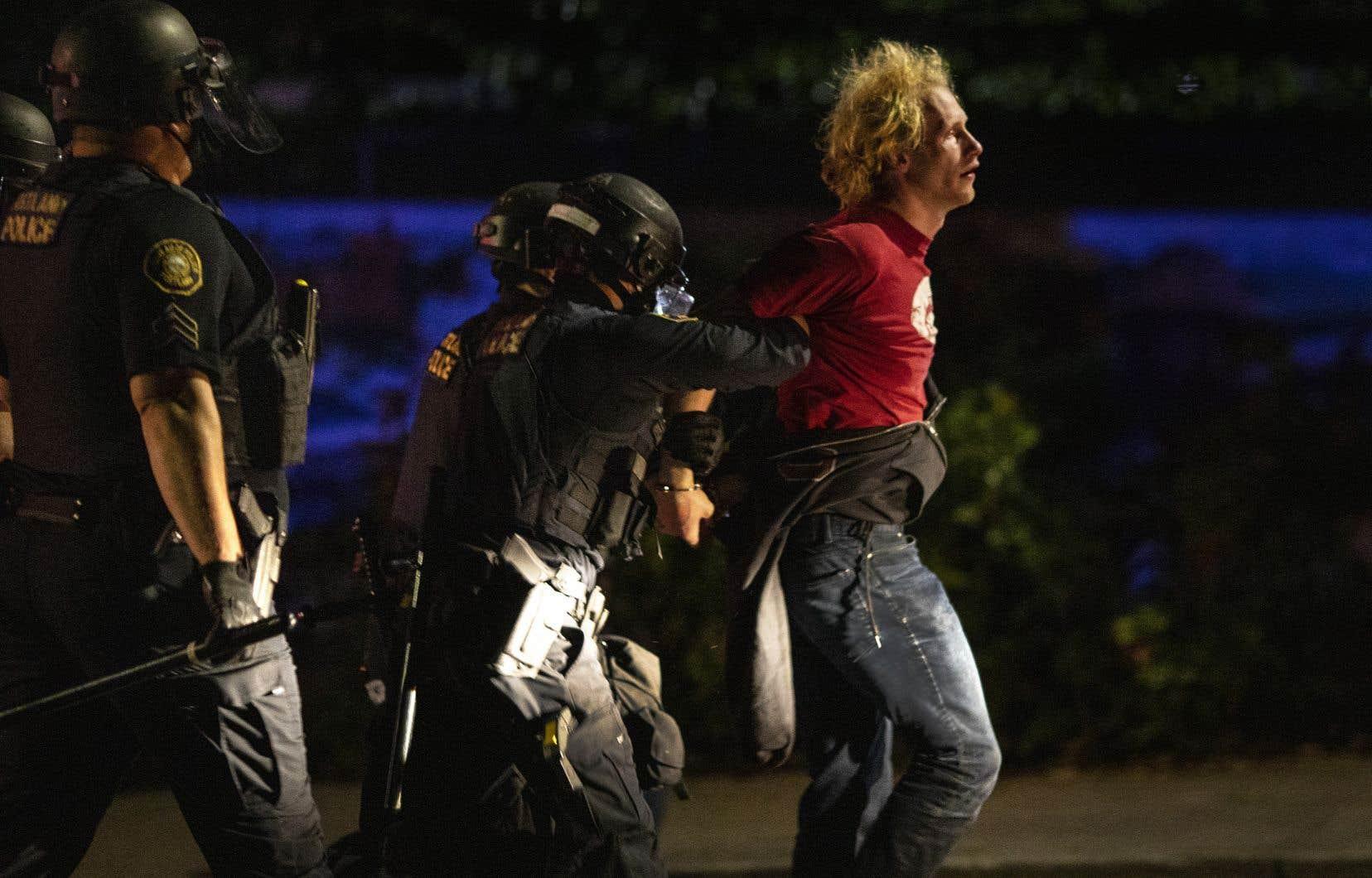 La ville est le lieu de manifestations quotidiennes contre les violences policières aux États-Unis depuis la mort en mai de George Floyd, un quadragénaire noir asphyxié sous le genou d'un policier blanc.
