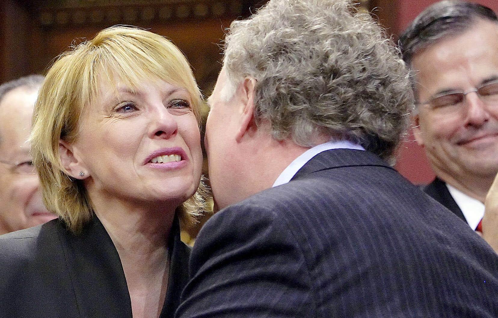 Le premier ministre Jean Charest donne l'accolade à sa député de l'Acadie, Christine St-Pierre, lors de la cérémonie d'assermentation, le 5 avril 2007, à Québec.
