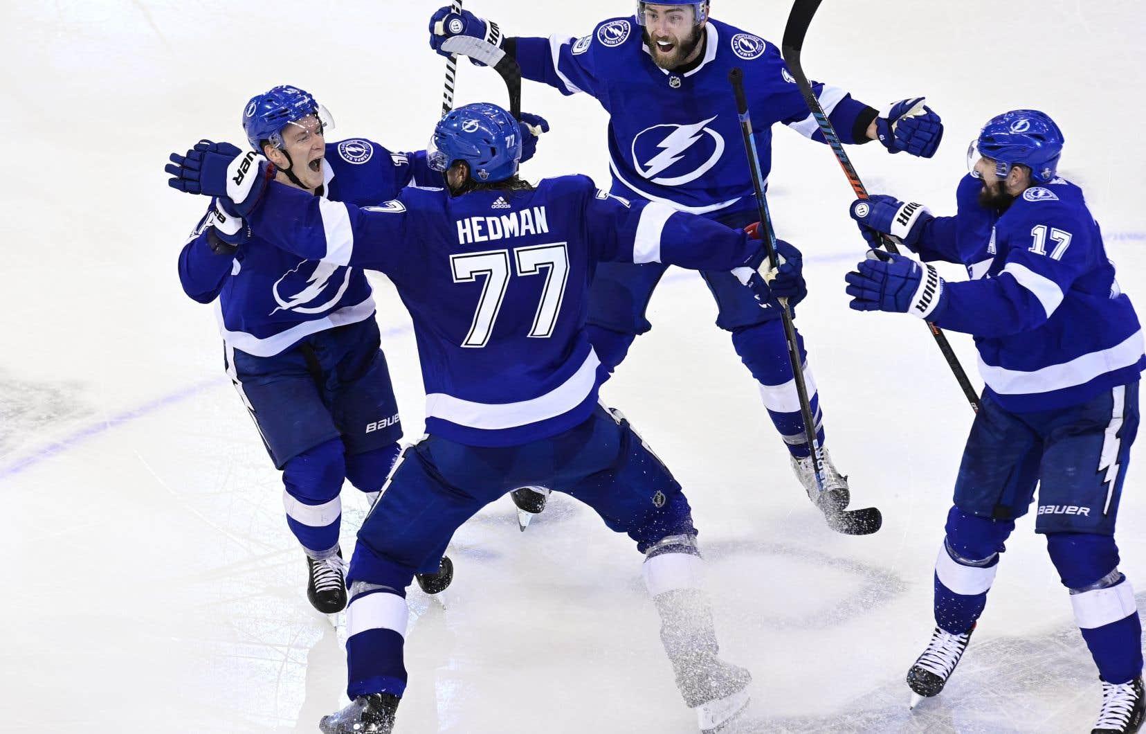 Le Lightning de Tampa Bay a défait les Bruins de Boston 3-2 lundi soir grâce à un but de Victor Hedman en deuxième prolongation.