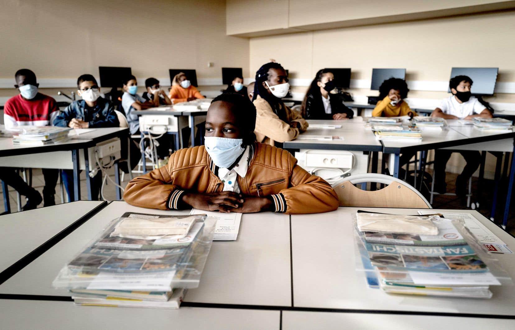 Dans les écoles françaises, le port du masque est obligatoire pour les enseignants et les élèves à partir de 11 ans.