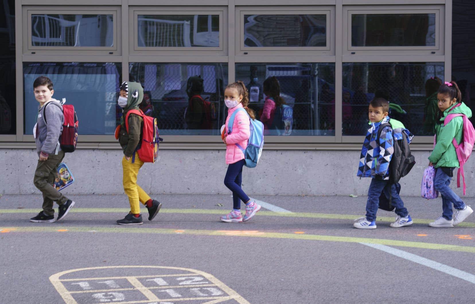 Les médias ont recensé des cas de coronavirus dans des écoles primaires, des écoles secondaires et des cégeps à Montréal, à Laval, à Québec, à Sherbrooke et en Abitibi-Témiscamingue.