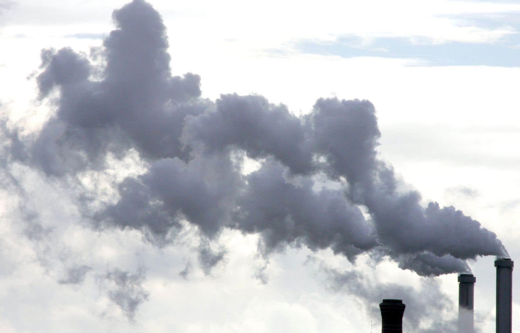 Quatre fois par année, les gouvernements du Québec et de la Californie mettent en vente des unités d'émission de gaz à effet de serre que de grands pollueurs doivent obligatoirement se procurer.