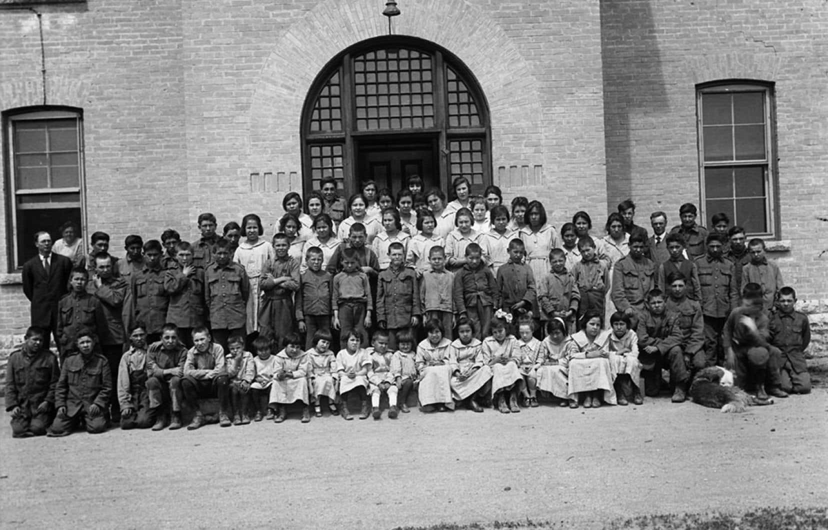 Groupe d'élèves du Pensionnat indien de Brandon (Manitoba), 1946