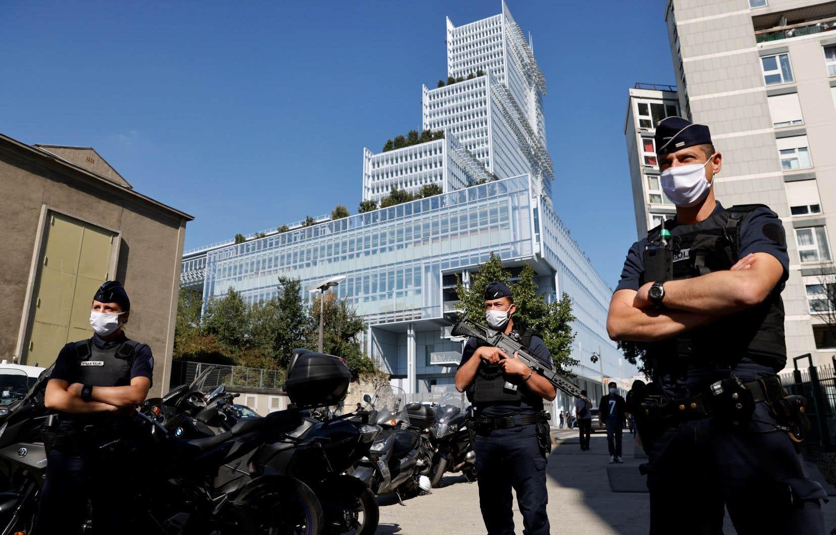 Des centaines de policiers ont été déployés à l'extérieur et à l'intérieur du tribunal où se déroule le procès.