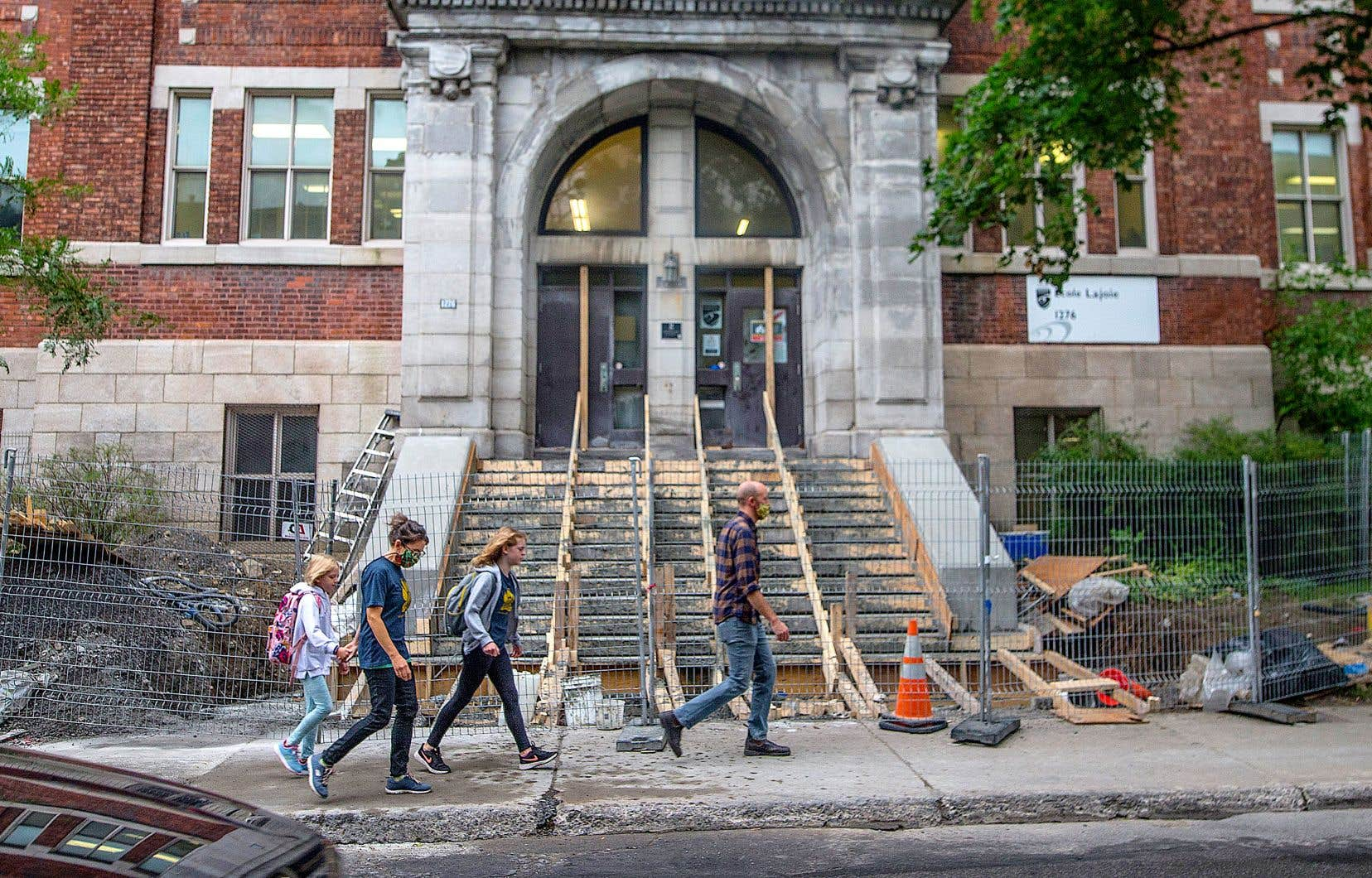 L'école primaire Lajoie, dans l'arrondissement Outremont, est toujours l'objet de travaux à son entrée principale.