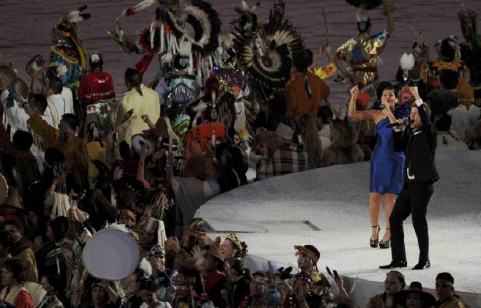 Les chanteurs Nelly Furtado et Bryan Adams sur scène lors de la cérémonie d'ouverture des Jeux d'hiver de Vancouver il y a un an. Le français avait été presque totalement absent de la cérémonie, situation pour laquelle l'ancien président du comité organisateur, John Furlong, n'accepte aucun blâme.
