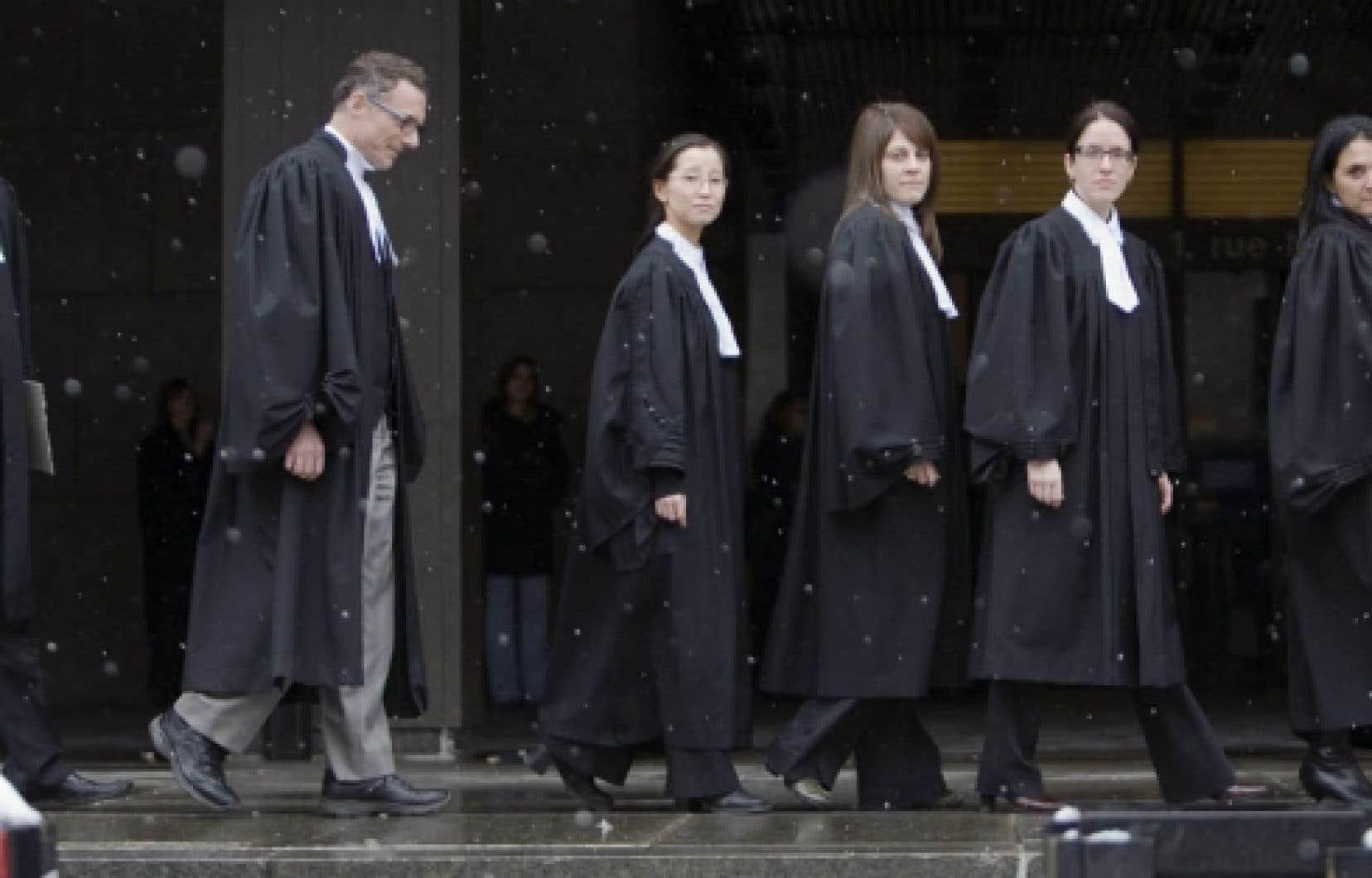 Des procureurs de la Couronne au palais de justice de Montréal, hier. Les procureurs et les juristes de l'État devaient déclencher la grève à minuit.<br />