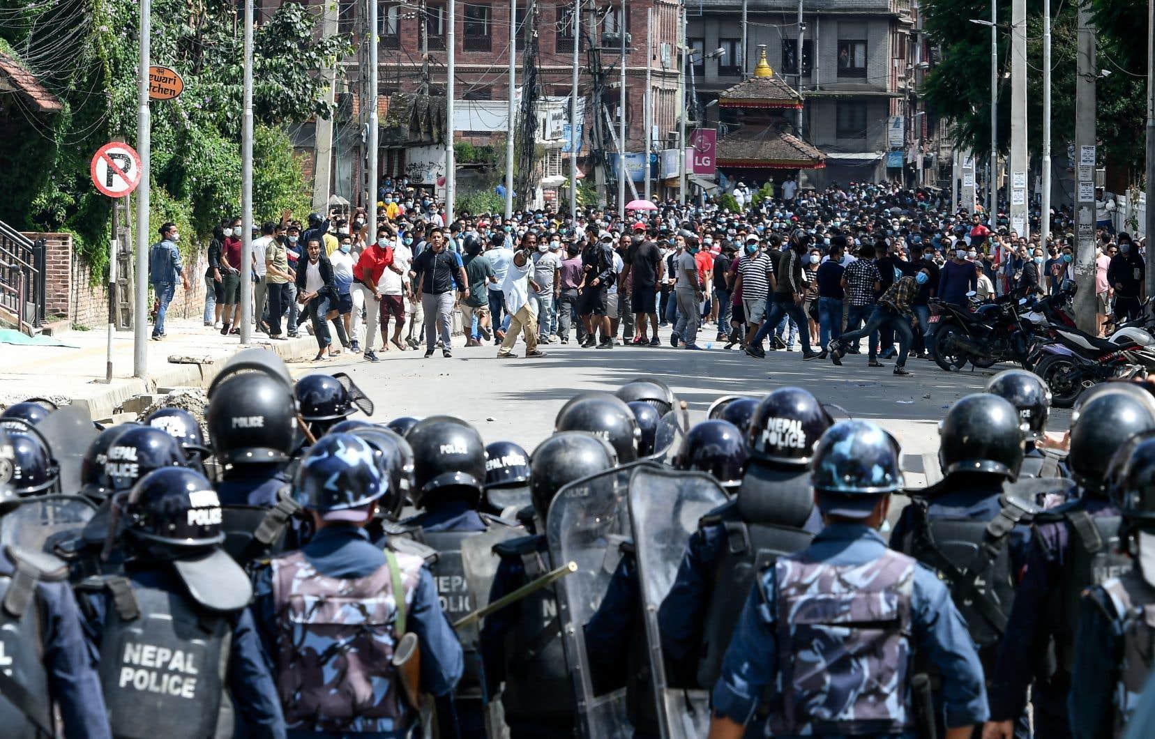 Des centaines de personnes s'étaient rassemblées dans les rues de Patan, près de Katmandou, malgré une interdiction des rassemblements à cause de la pandémie.