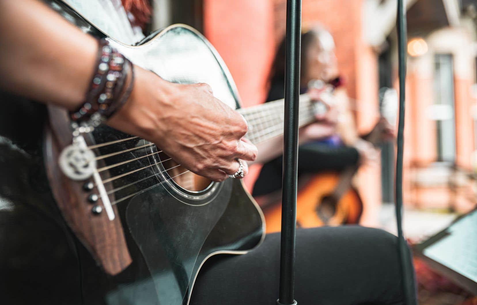 «Peut-être avez-vous eu la chance de voir et d'entendre des musiciens, des comédiens ou des danseurs dans votre ruelle depuis le mois de juin», écrit l'auteur.