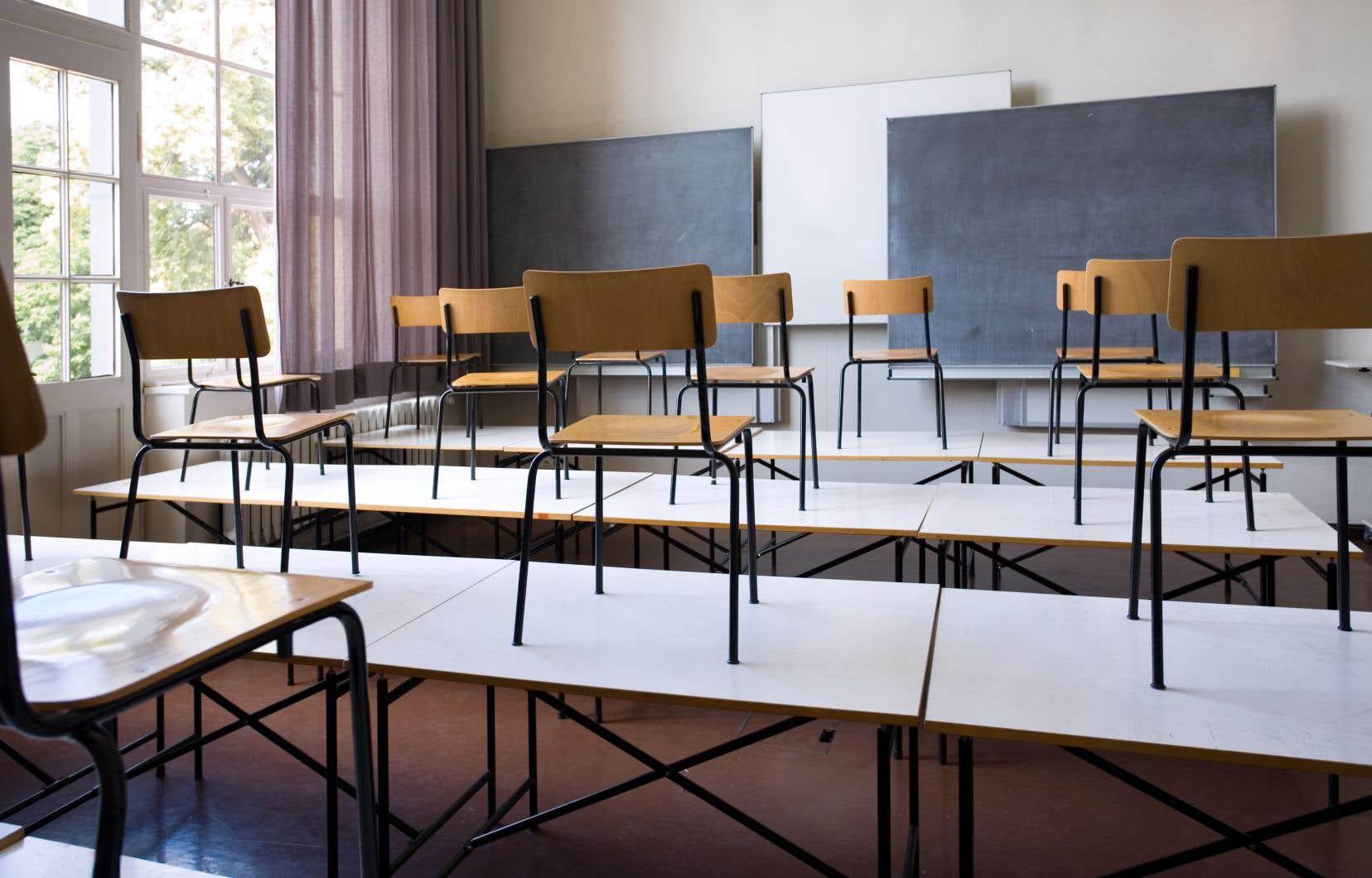 «L'absence de directive claire de la part de notre ministère l'illustre bien: l'éducation ne pèse pas bien lourd dans la balance, si ce n'est pour assurer la surveillance constructive des enfants pendant que leurs parents essaient de sauver l'économie», écrit l'auteur.