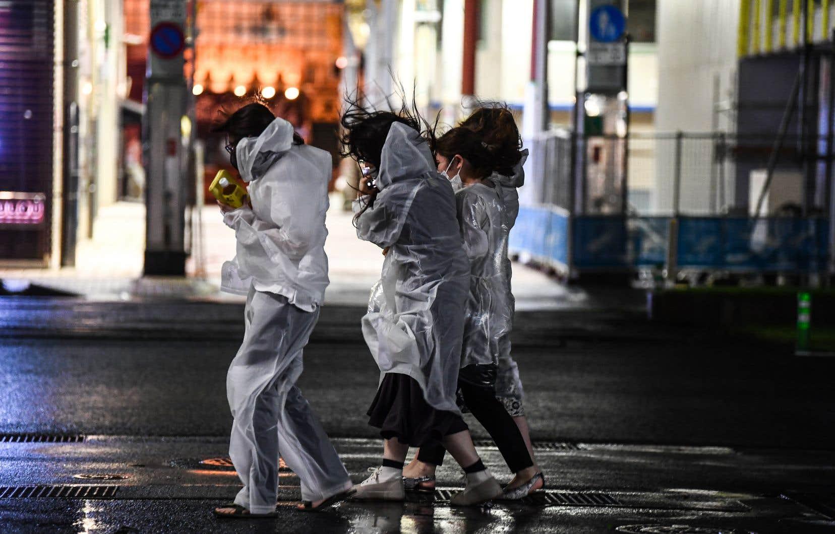 L'Agence météorologique du Japon a demandé aux habitants de faire preuve de la «plus grande prudence» face à de possibles records de précipitations, des vents violents, de hautes vagues et de fortes marées.