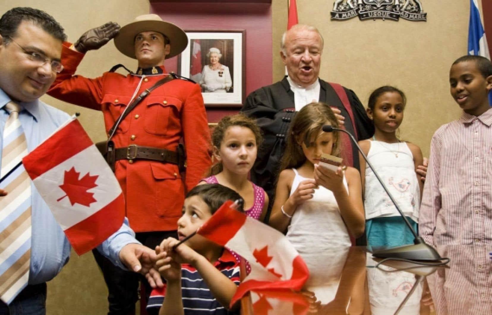 Les États-Unis ne doivent pas interférer dans le processus d'octroi de la citoyenneté et du statut de réfugié au Canada, estime le chef du PLC, Michael Ignatieff.<br />