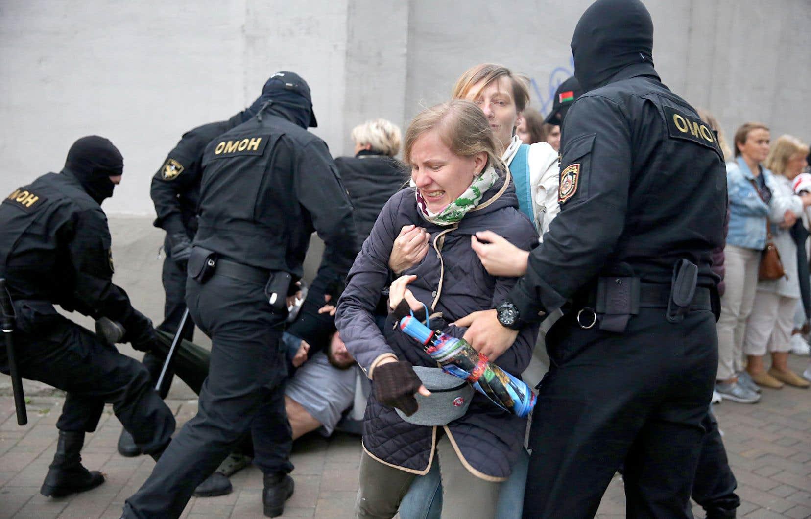 Les autorités ont procédé à des arrestations musclées mardi à Minsk, lors d'un rassemblement en soutien à l'opposante Maria Konesnikova, toujours détenue.