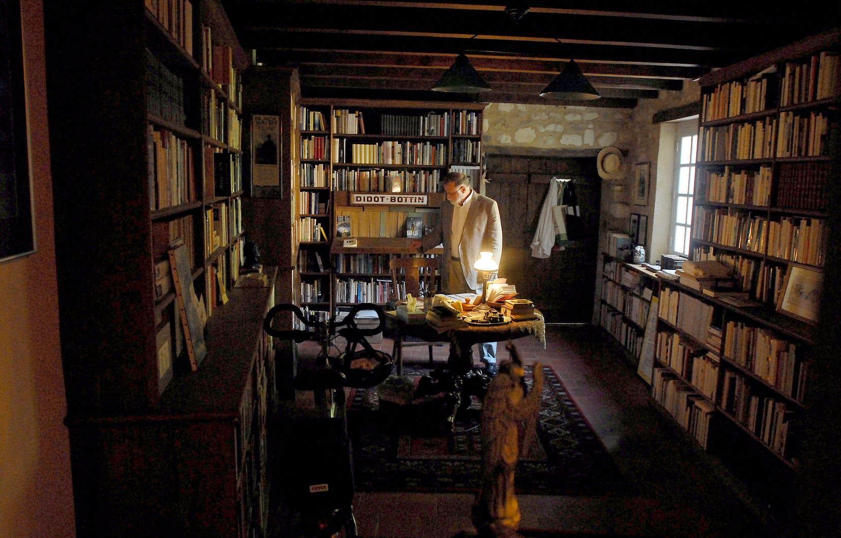 La monumentale collection de 40 000 livres de l'auteur argentin Alberto Manguel, ici photographié en France, sera finalement logée dans un palais, au Portugal.