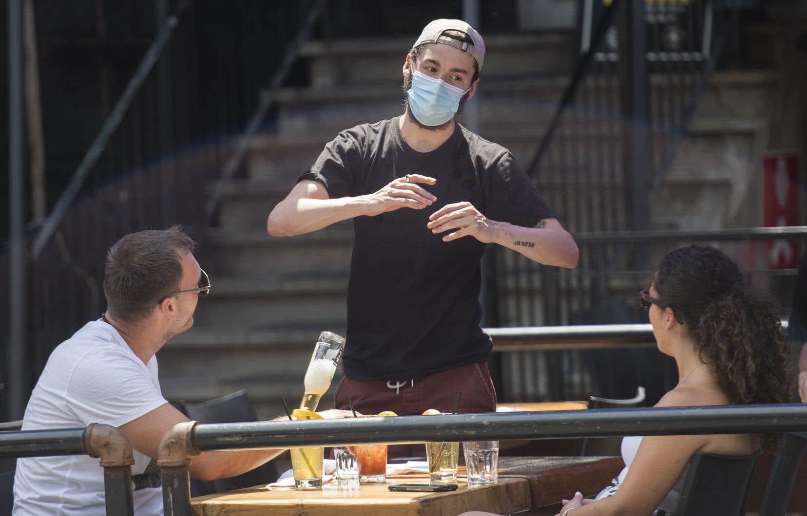 Négliger les règles sanitaires, c'est mettre à risque l'ensemble de la société, rappellent les autorités de santé publique.