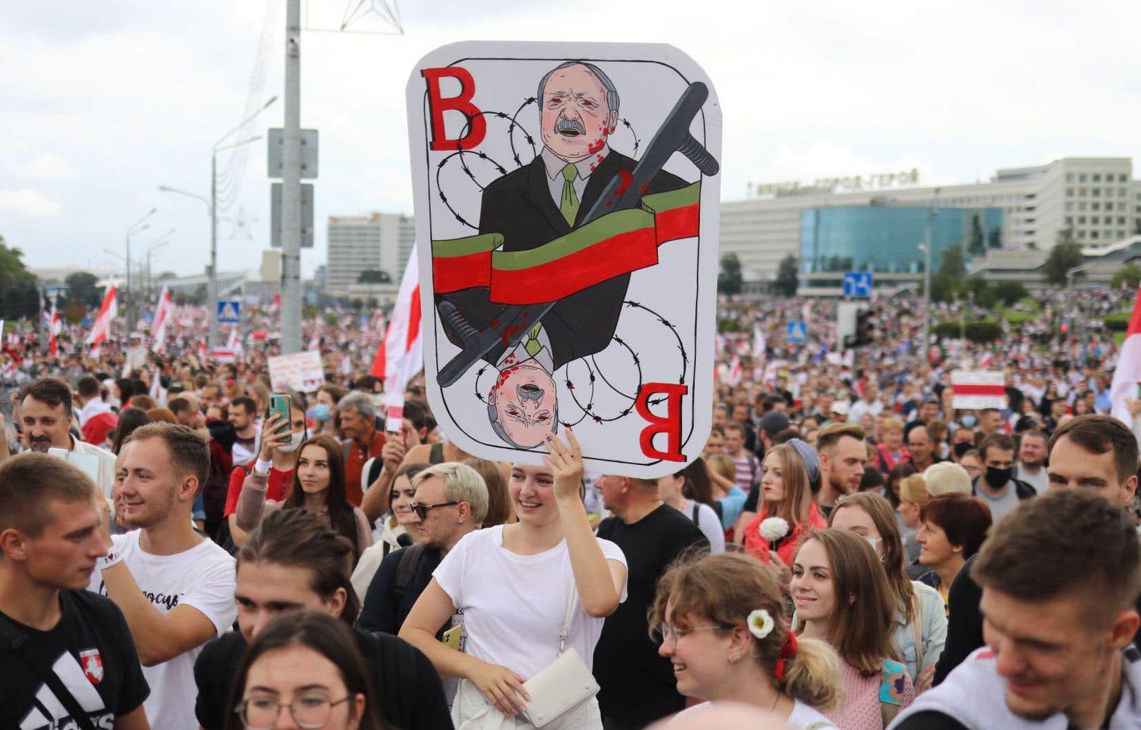 Malgré la répression, la rue continue de se mobiliser, réunissant tous les dimanches depuis quatre semaines plus de 100000 personnes à Minsk.