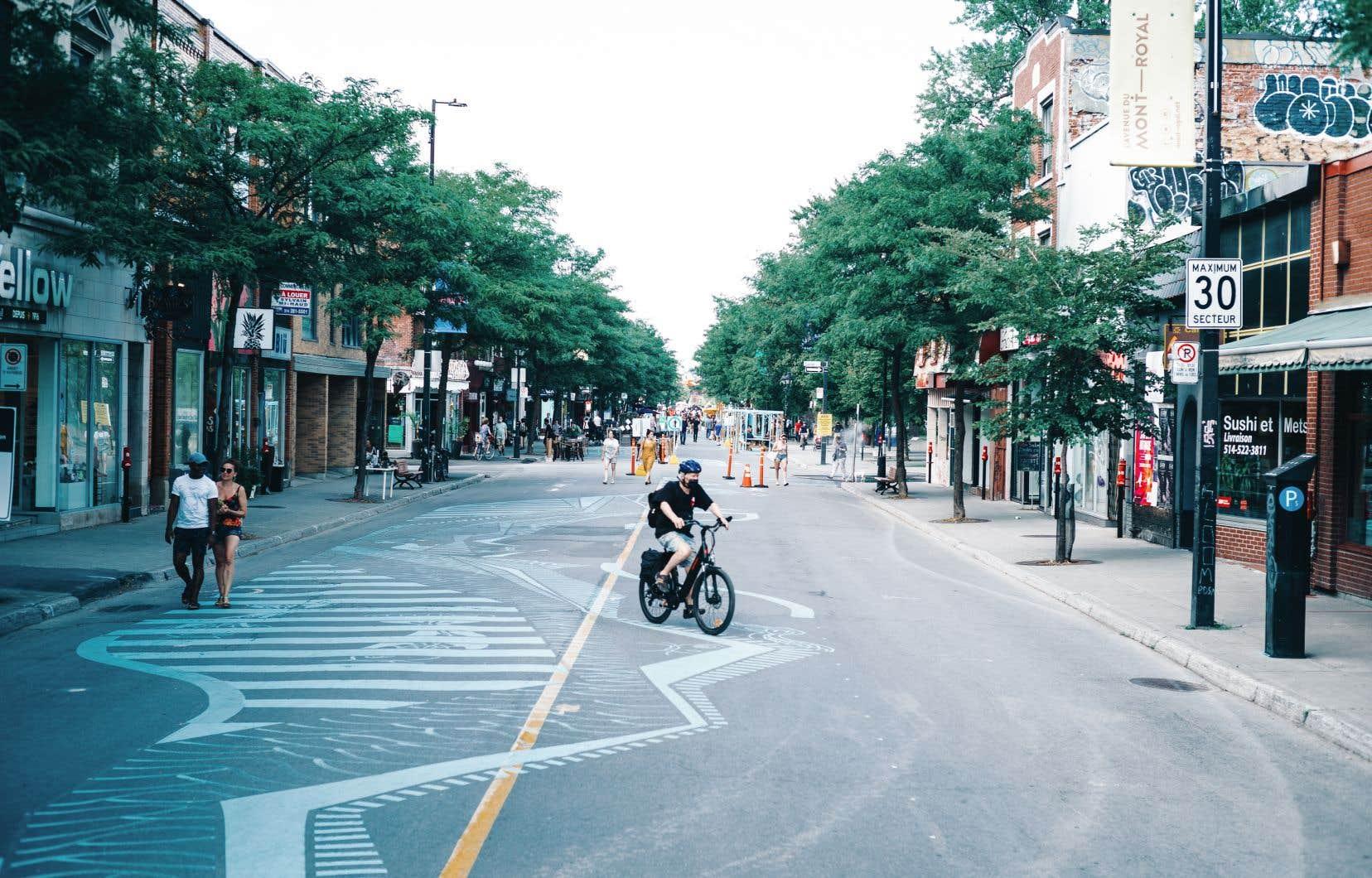 Au cours de l'été, plusieurs rues de Montréal sont devenues piétonnes ou ont été dotées de pistes cyclables, mais les automobilistes s'opposent davantage à ces mesures car ils retirent le moins les bénéfices.