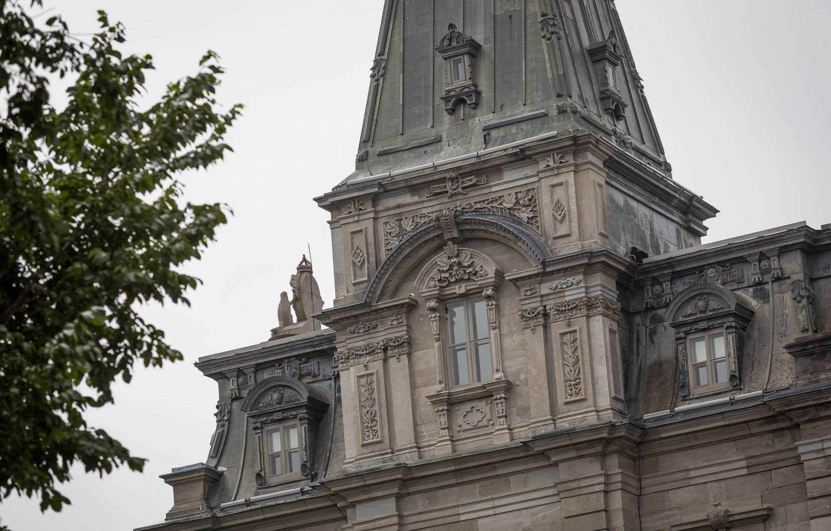 De nombreux élus provinciaux et municipaux ont décidé de s'isoler volontairement après avoir côtoyé la mairesse de Longueuil directement ou par personne interposée.