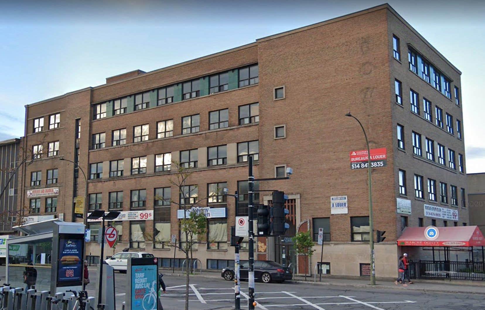 Situé au 7290-7300, rue Hutchison, l'immeuble s'était retrouvé au centre d'une polémique en 2018 après que le propriétaire eut procédé à l'expulsion des organismes communautaires et commerces qui y logeaient pour aménager des condominiums.