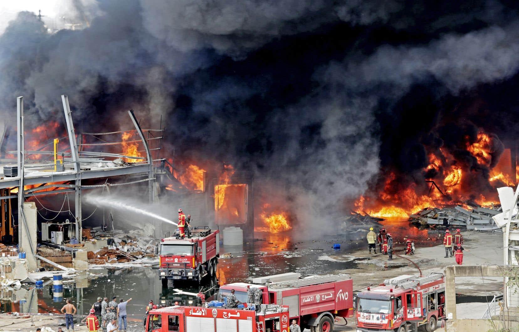Les chaînes locales retransmettent en direct les images de pompiers se battant contre les flammes, ces mêmes soldats du feu qui avaient été envoyés à la mort pour circonscrire l'incendie du 4 août qui avait précédé la double explosion.