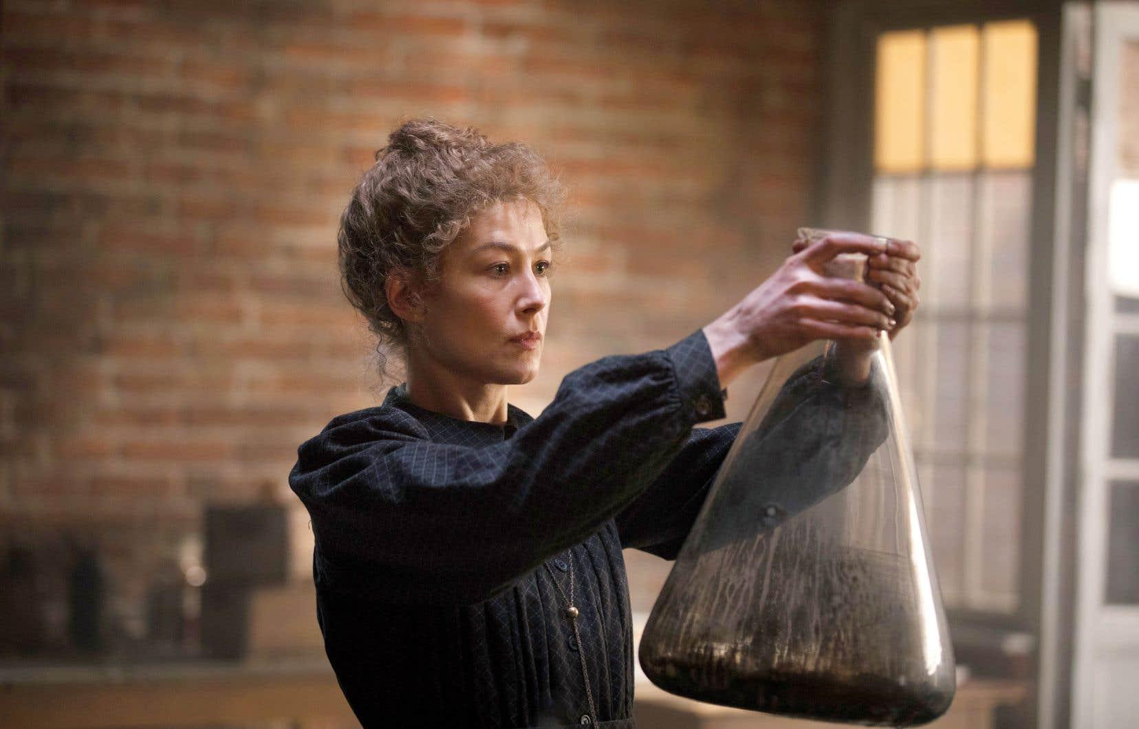 Dans «Radioactive», Rosamund Pike, une interprète de premier plan, incarne Marie Curie, dirigée par Marjane Satrapi.