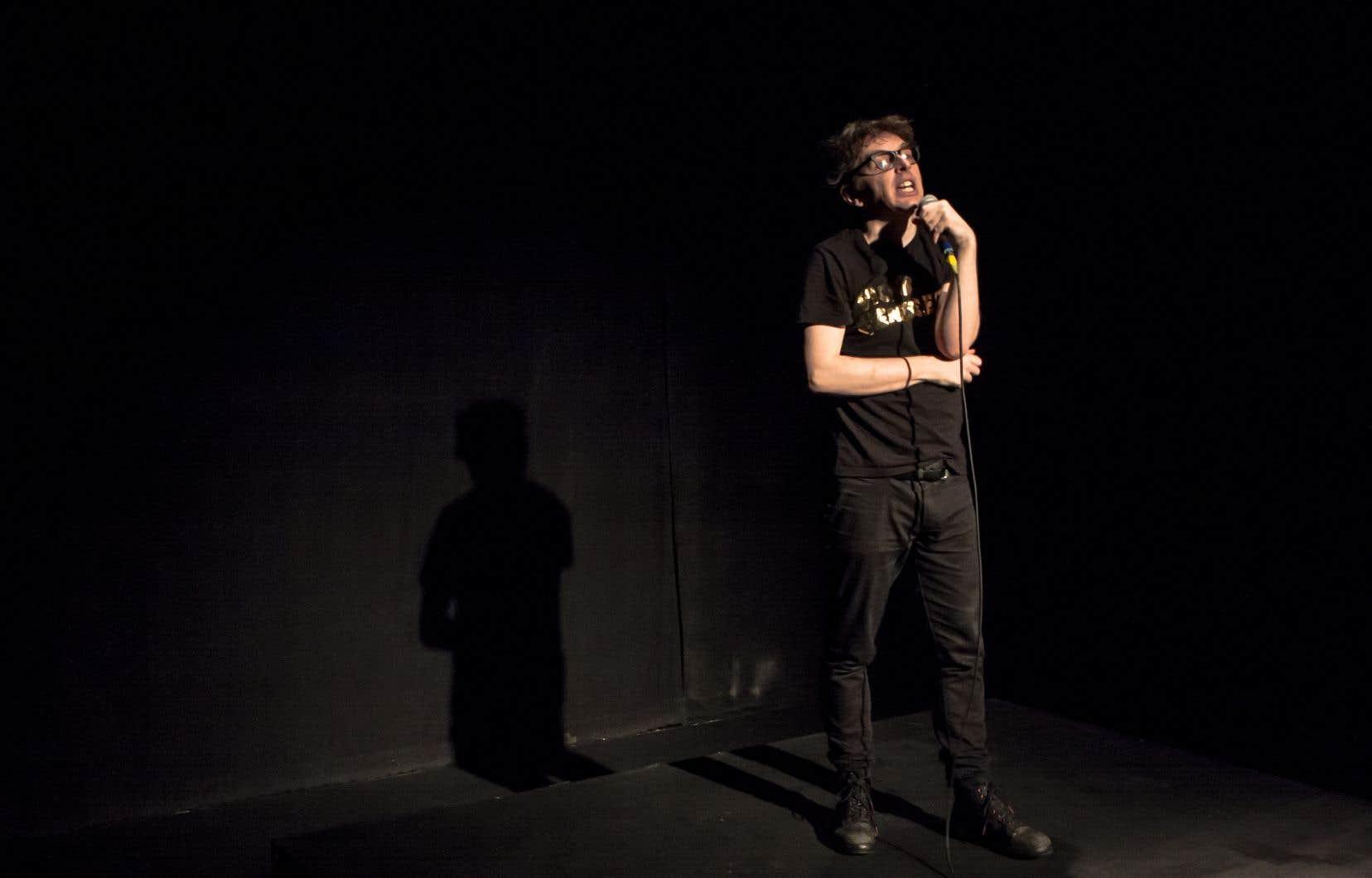 Sur la scène de La Chapelle, Mathieu Arsenault reprend «La vie littéraire».