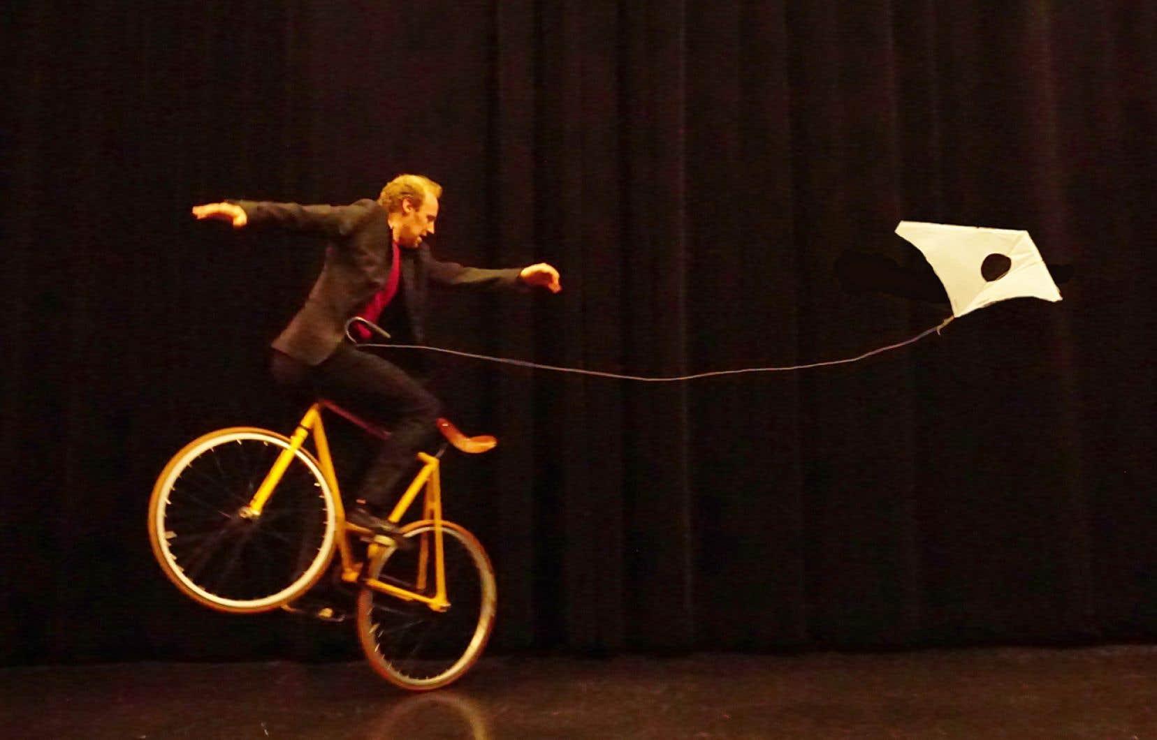 Le spectacle «À deux roues, la vie!» de DynamO Théâtre sera présenté au théâtre jeunesse Les Gros Becs.