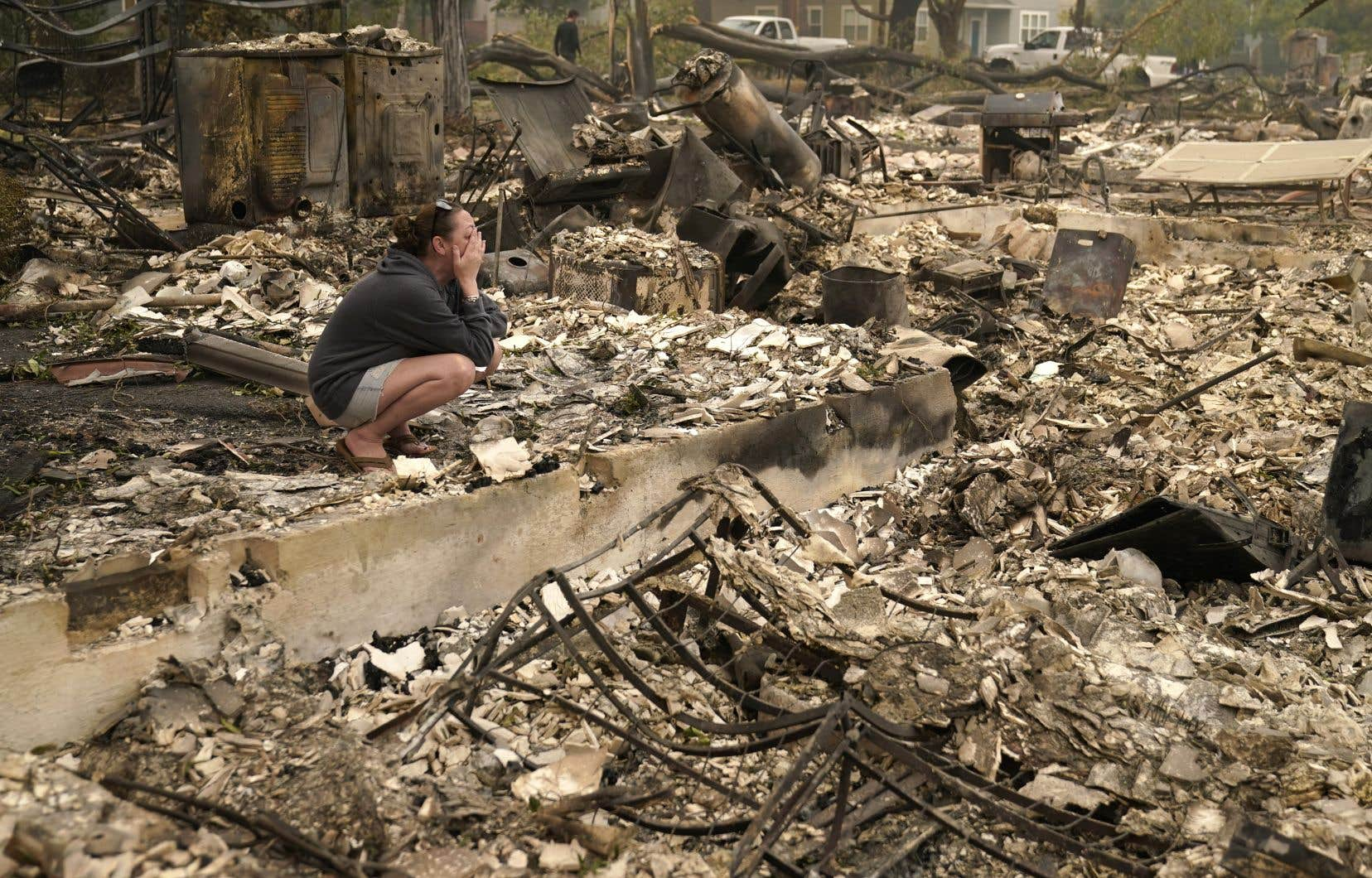 Plus de 400 000 hectares ont été parcourus par les flammes dans l'Oregon, où trois morts ont été recensés par les secours, qui sont sans nouvelles de dizaines d'autres personnes. Sur la photo, une femme pleure dans les décombres de sa maison ravagée par un incendie cette semaine, à Talent, en Oregon.