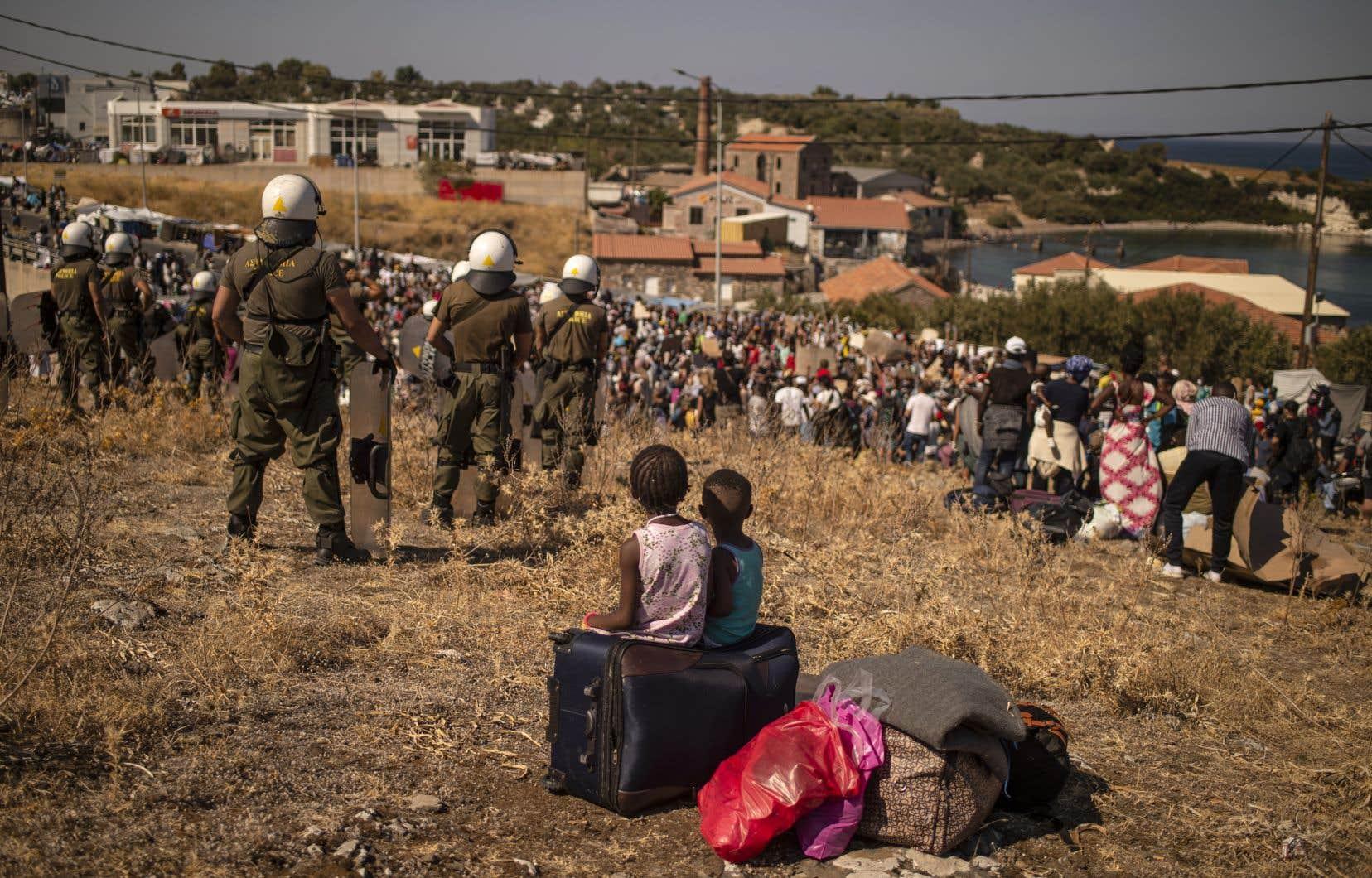 Un millier de demandeurs d'asile sans abri ont manifesté vendredi après-midi à Lesbos, réclamant de quitter l'île grecque.