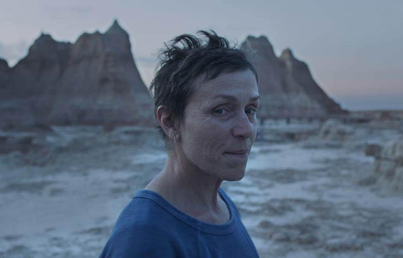 Dans Nomadland, Frances McDormand offre la magistrale interprétation d'une sexagénaire qui, au cours de la récession de 2011, prend la route avec sa caravane après la mort de son mari.