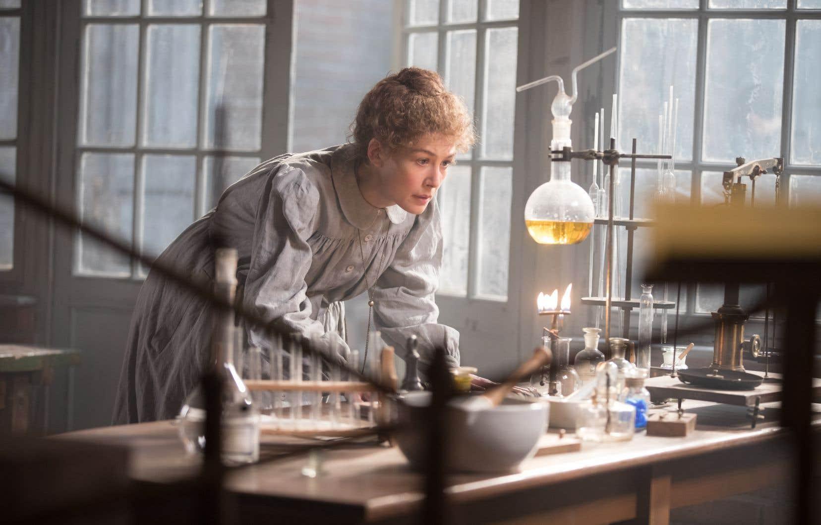 De toutes les facettes de Marie Curie, interprétée par Rosamund Pike, c'est celle de la scientifique butée et ingénieuse que Marjane Satrapi préfère.
