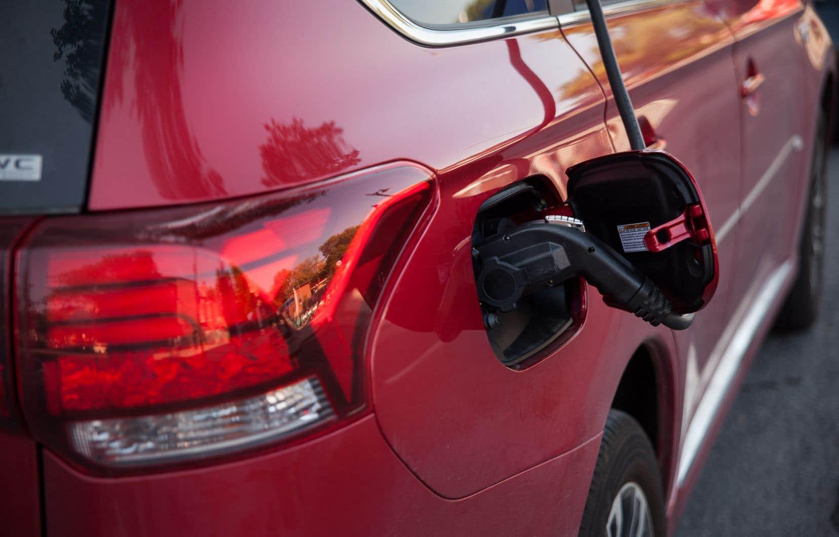L'objectif des 100000 véhicules électriques en 2020 — en route vers 300000 en 2026 et un million en 2030 — fait partie d'un souhait du gouvernement visant à électrifier le transport pour lutter contre les changements climatiques.