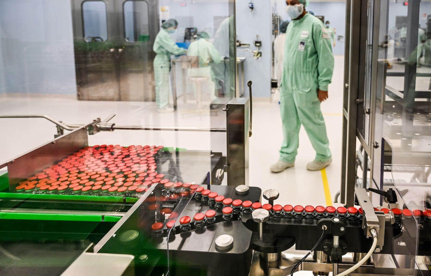 À l'usine d'Anagni, en Italie, on fait des tests en vue de préparer le remplissage et l'emballage des fioles du vaccin développé par AstraZeneca et l'Université d'Oxford.