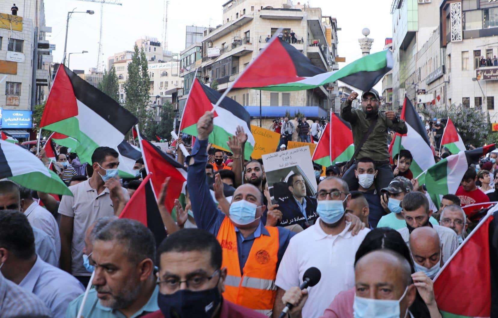 Des centaines de manifestants palestiniens ont protesté mardi en Cisjordanie et à Gaza contre la signature d'accords,négociés par les États-Unis, visant à normaliser les relations entre Israël, Bahreïn et les Émirats.