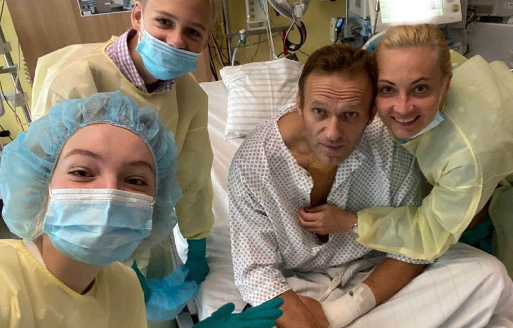 Le compte Instagram d'Alexeï Navalny affichait une photo le montrant les yeux ouverts et les traits tirés, assis sur son lit d'hôpital en compagnie de son épouse, de son fils et de sa fille.