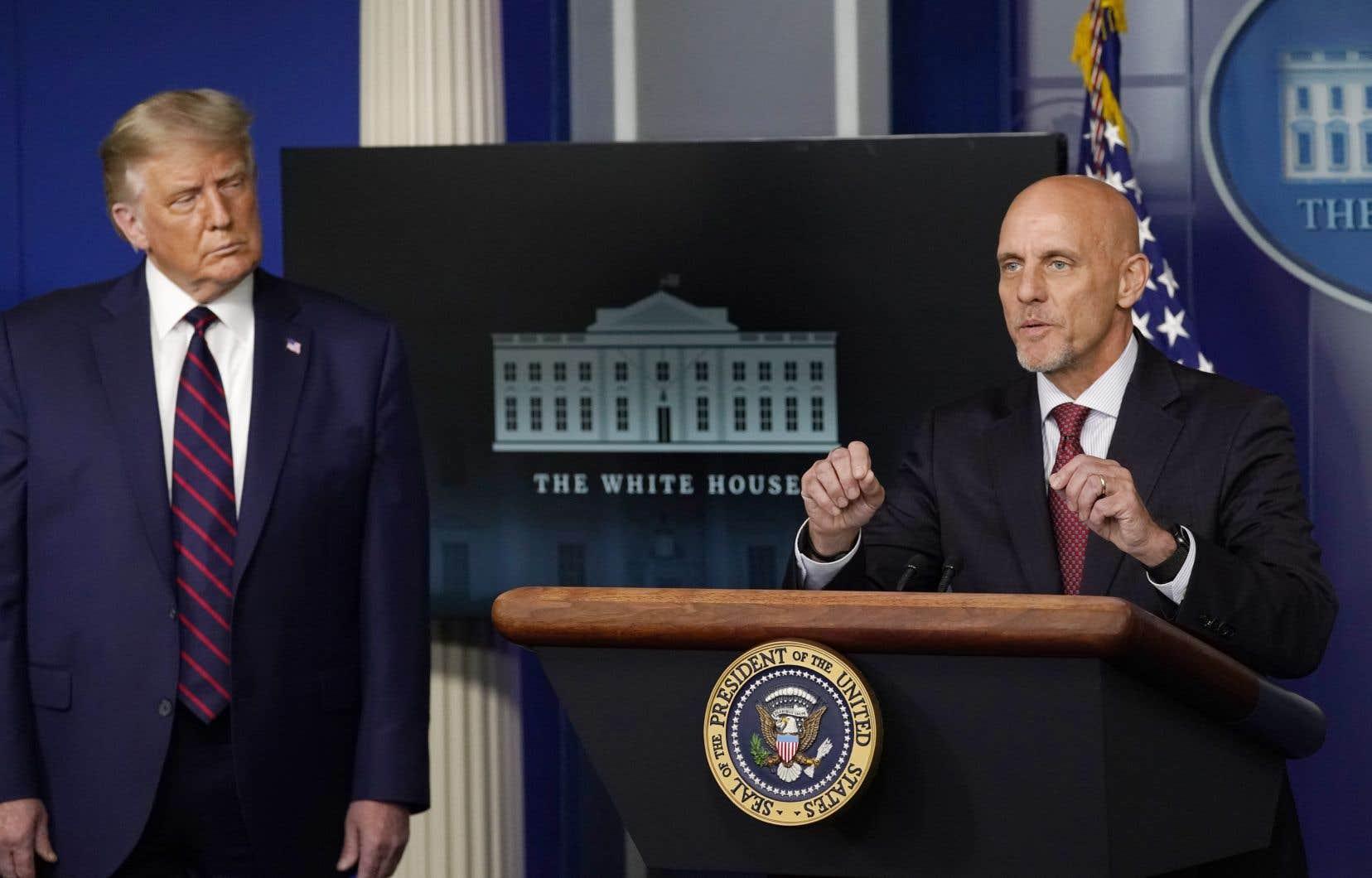 Le président américain écoute Stephen Hahn, patron de la FDA, lors d'un point de presse le 23 août dernier.