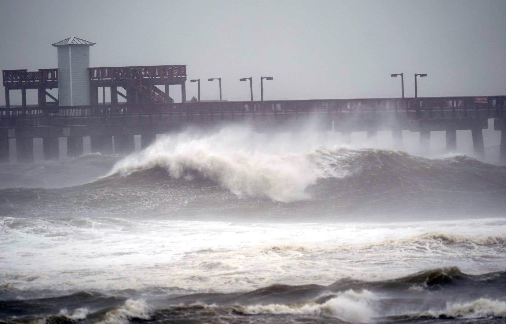 <em>Sally </em>se déplace vers le rivage à un rythme extrêmement lent, ce qui devrait provoquer des inondations prolongées et possiblement des inondations record.