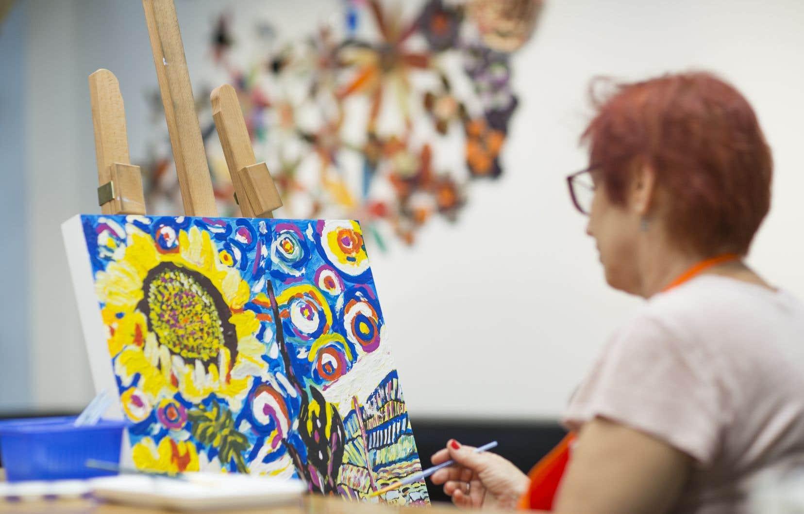 Un essai clinique a permis de démontrer que les ateliers de peinture réalisés avec des patients âgés présentant une déficience cognitive diminuent la mortalité à l'hôpital ainsi que le nombre de médicaments prescrits lors de la sortie de l'hôpital.