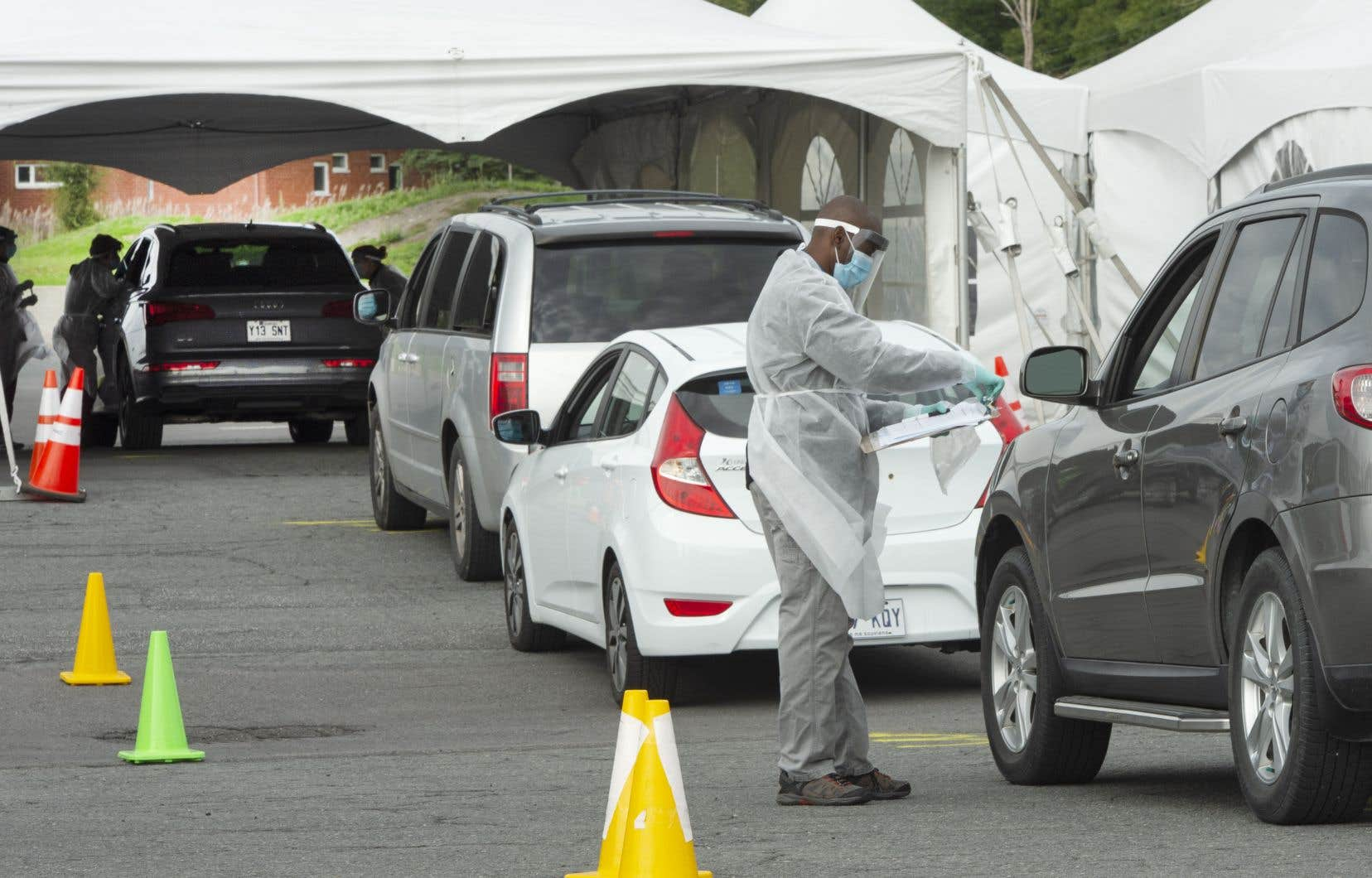 Une cinquième ligne pour les voitures avec une station de dépistage a été ajoutée mercredi, ce qui devrait, selon la gestionnaire, permettre de dépister au moins 600 personnes par jour.