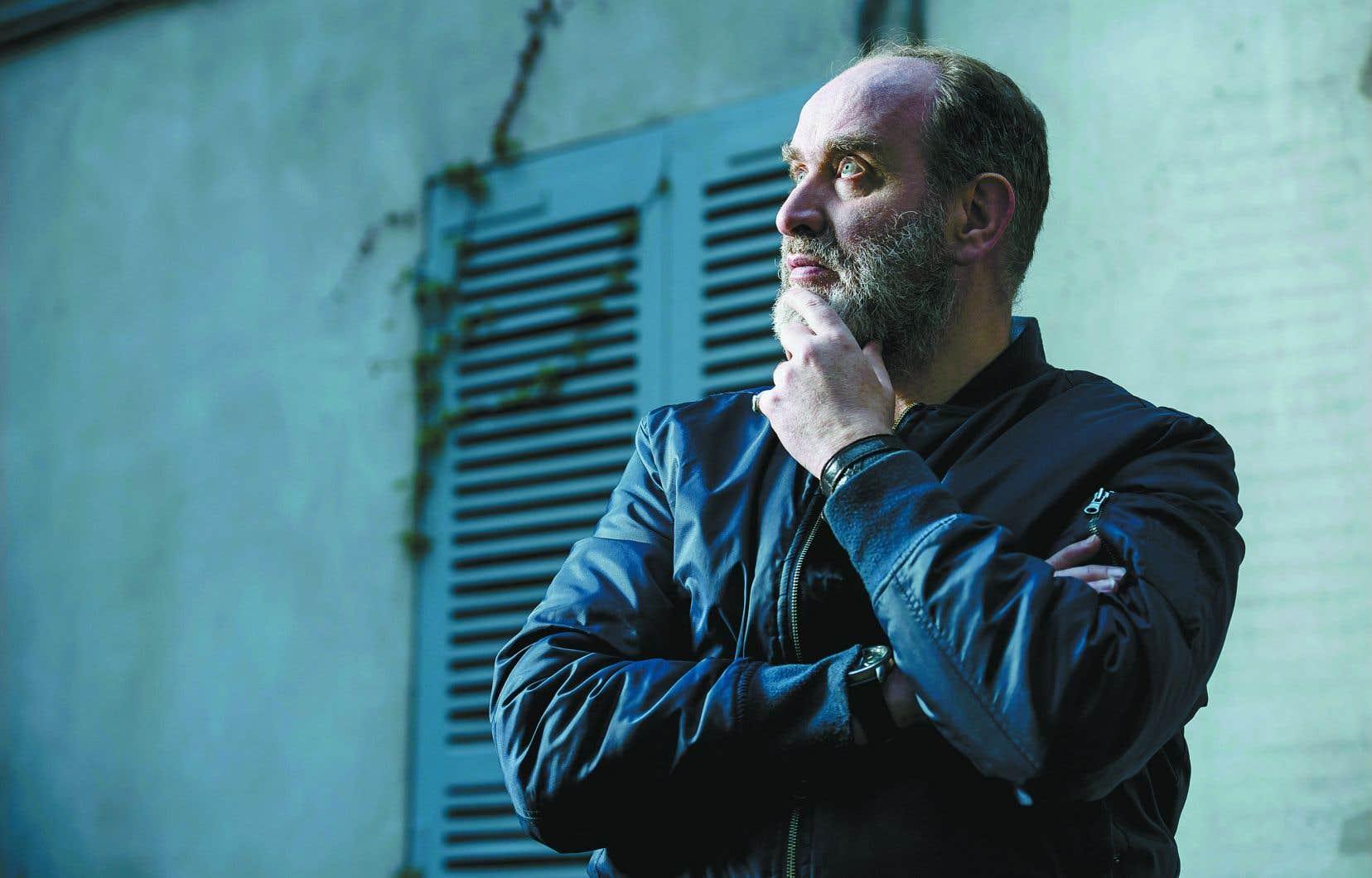 Serge Joncour ponctue son récit relaté sous la forme d'un «flash-back» de quelques retours en 1999 pour dévoiler graduellement ce que manigance son protagoniste.