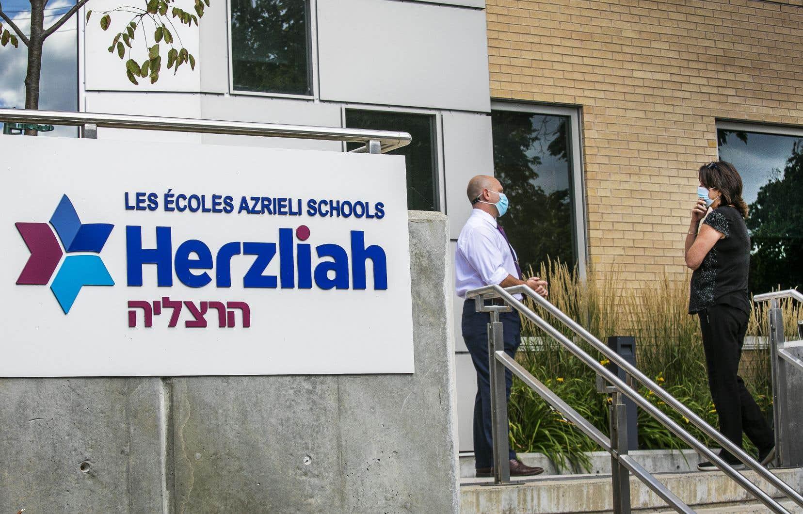 Les cas de COVID-19 se sont multipliés depuis la fête du Travail à l'école Herzliah, située à Côte-desNeiges. La direction de l'établissement et la Santé publique de Montréal ont convenu qu'il était donc préférable de renvoyer tout le monde à la maison pour deux semaines.