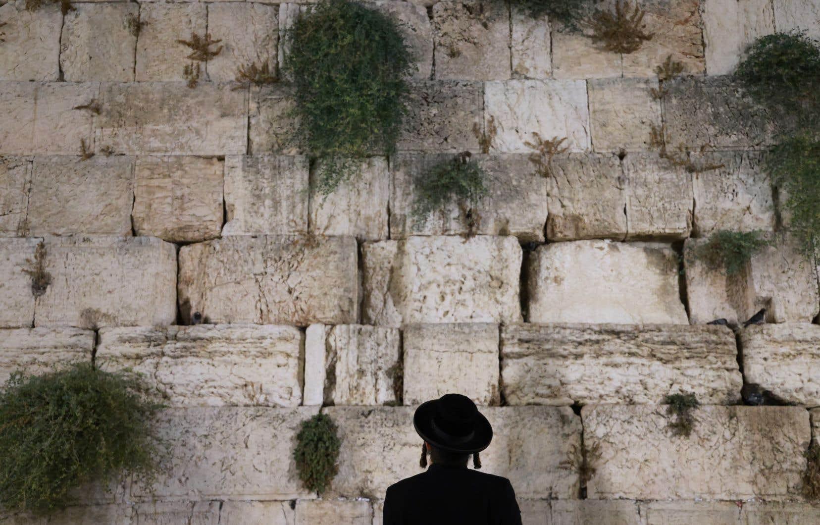 <p>Les Israéliens ne pourront sortir que pour aller au marché, à la pharmacie ou au travail, s'il s'agit d'une profession jugée essentielle.</p>