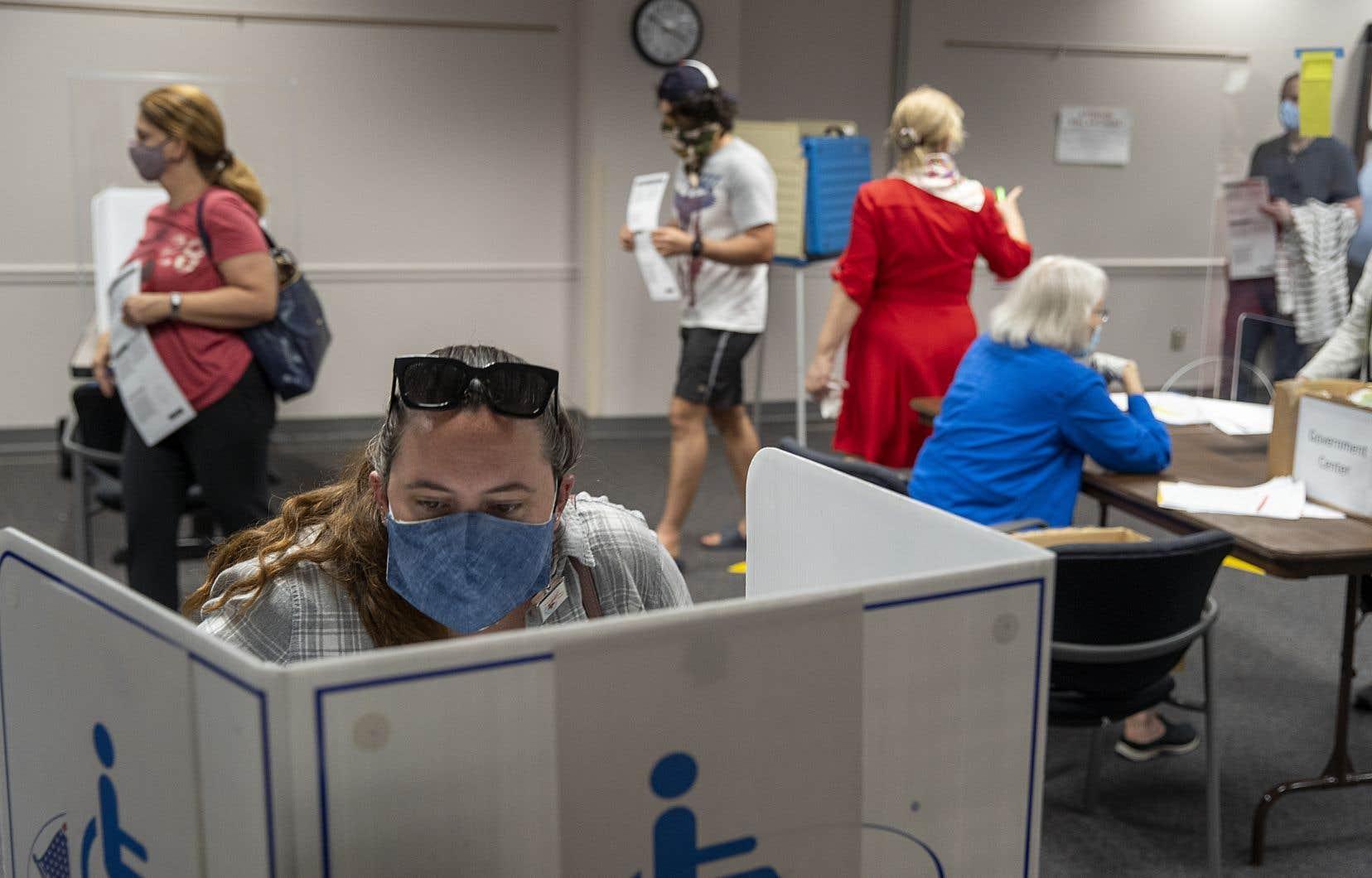 Dans ce bureau de vote de Fairfax, en grande banlieue de Washington, certains électeurs confient avoir attendu quatre heures pour déposer leur bulletin.
